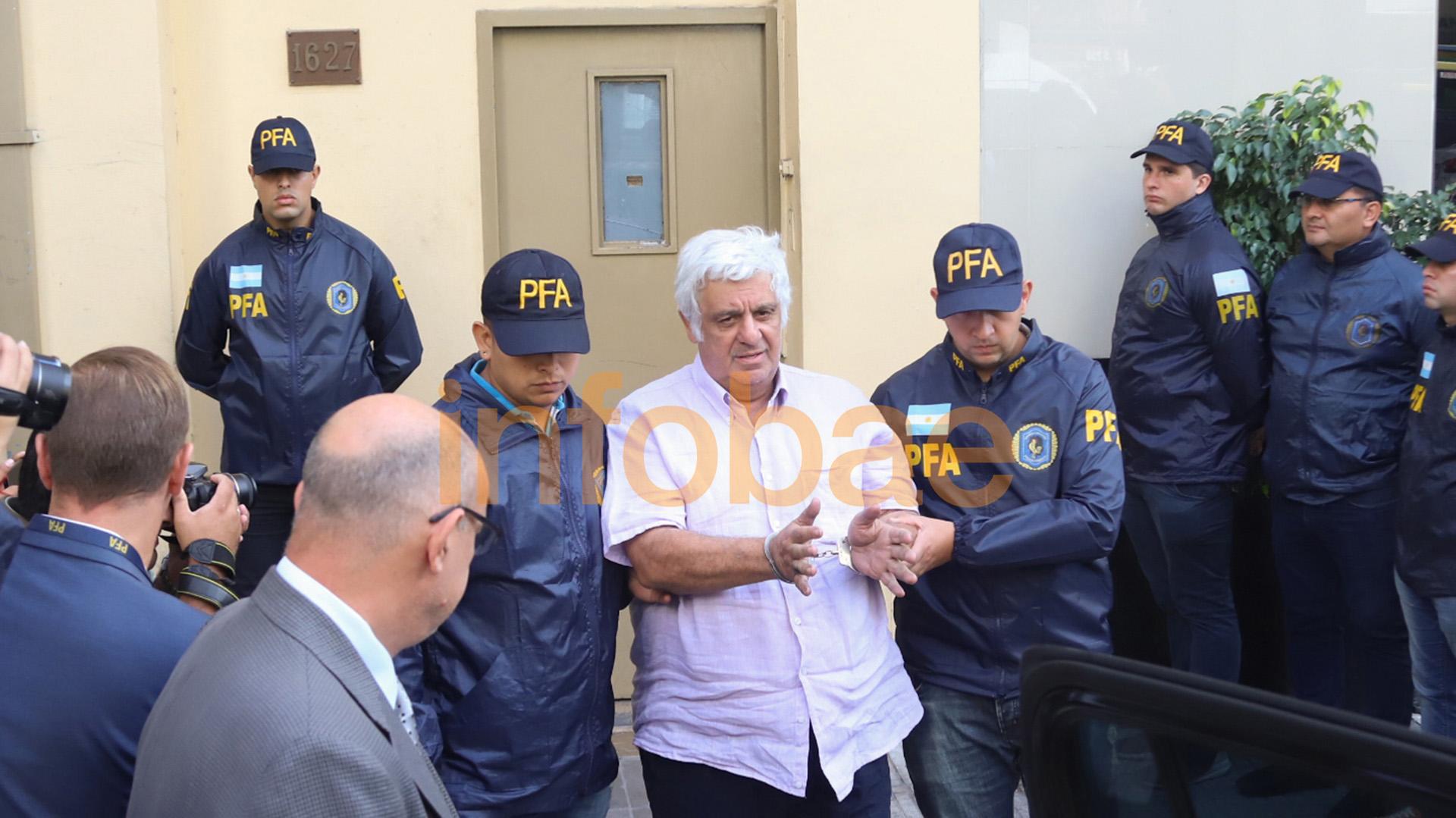 Esposado, rumbo a Comodoro Py: Alberto Samid pasó su primera noche detenido en la sede de la Policía (Matías Baglietto)
