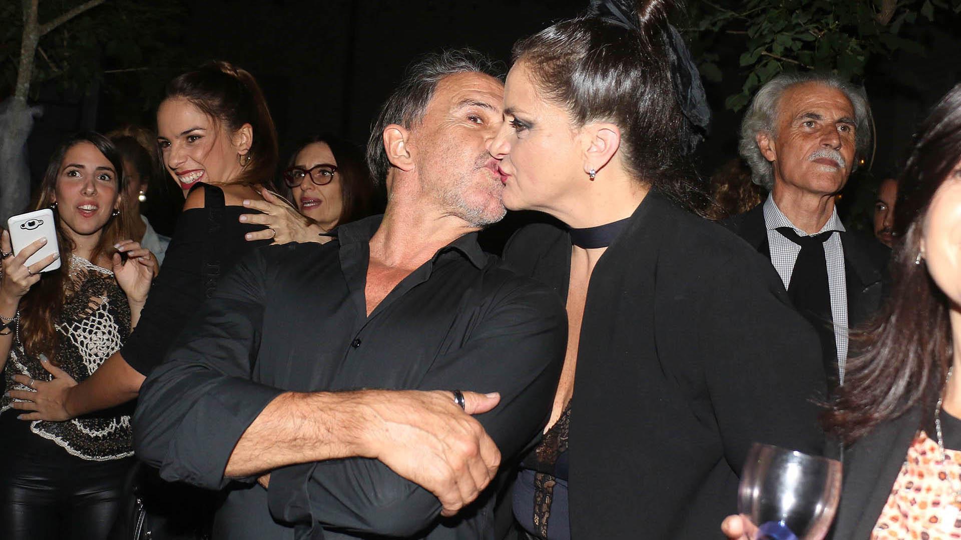 El protagonista del evento, cerró su noche muy feliz junto a su pareja, Viviana Sáenz (Créditos: Verónica Guerman / Teleshow)