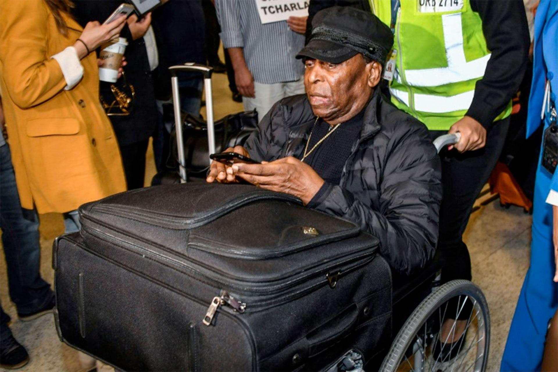 Pelé llega al aeropuerto internacional Guarulhos, en Guarulhos, unos 25km de Sao Paulo, Brasil, el 9 de abril de 2019 (AFP – NELSON ALMEIDA)