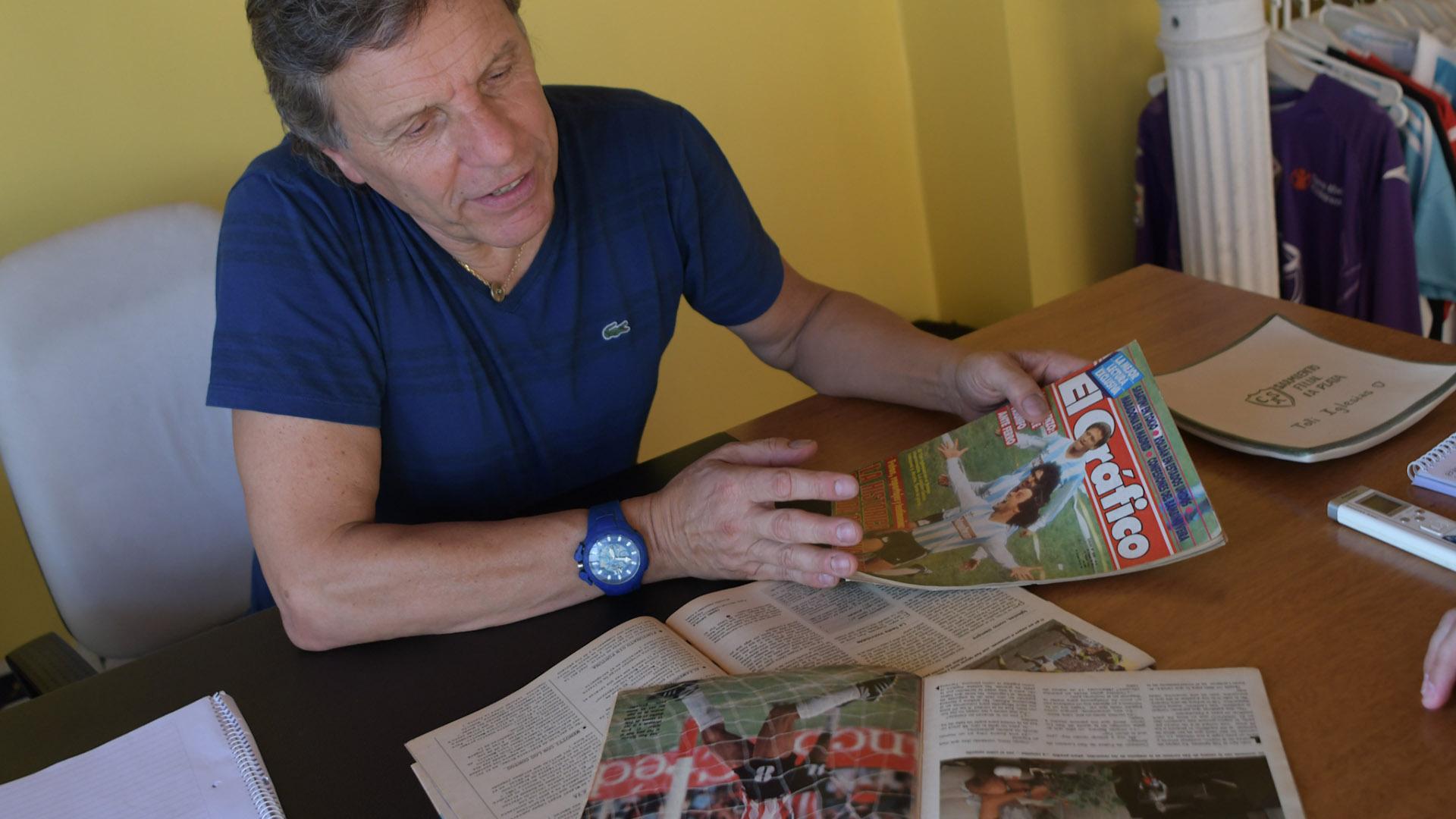 En su oficina del barrio porteño de Caballito, Iglesias recorre artículos de sus días de goleador. En Racing llegó a los 30 años y se convirtió en ídolo de la Academia. (Patricio Murphy)