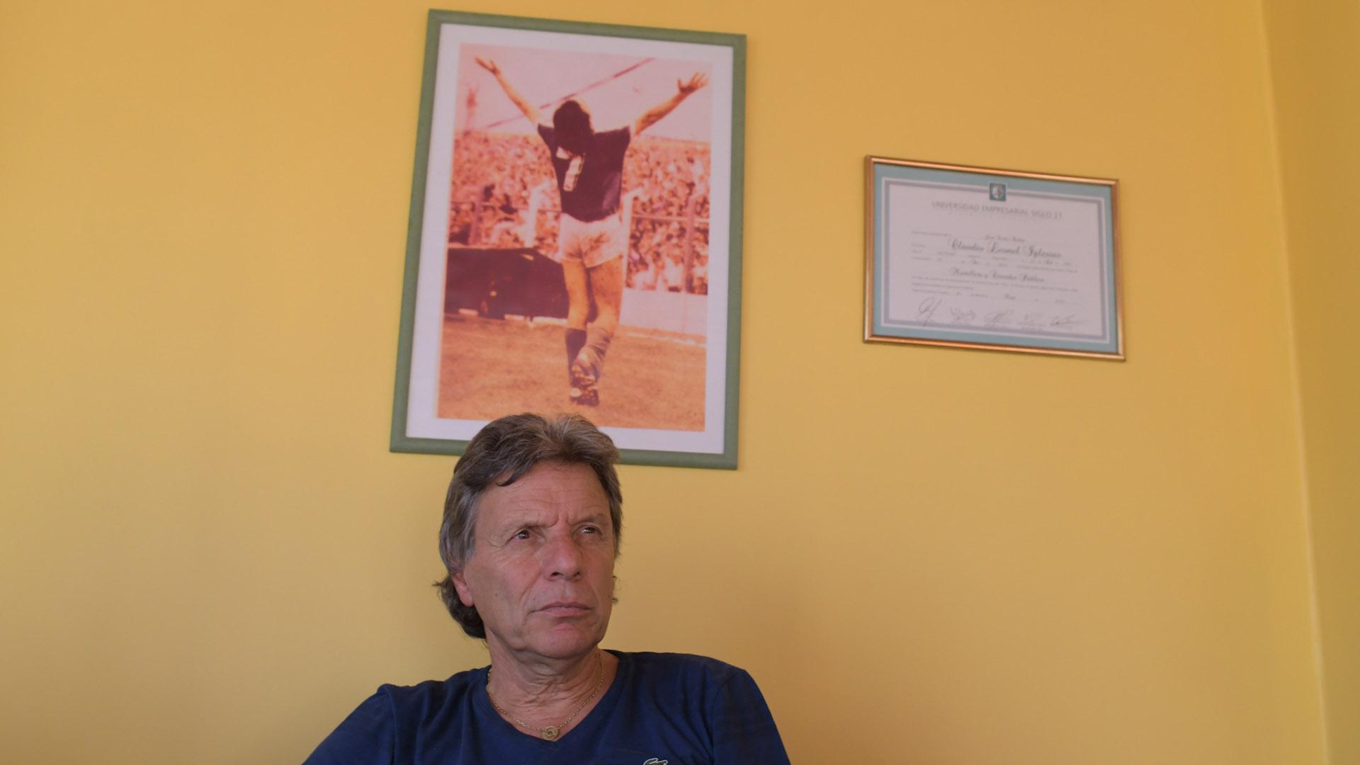 Ayer y hoy. Toti Iglesias con una foto de una tarde de gloria a sus espaldas con un gesto habitual: el festejo del gol. (Patricio Murphy)