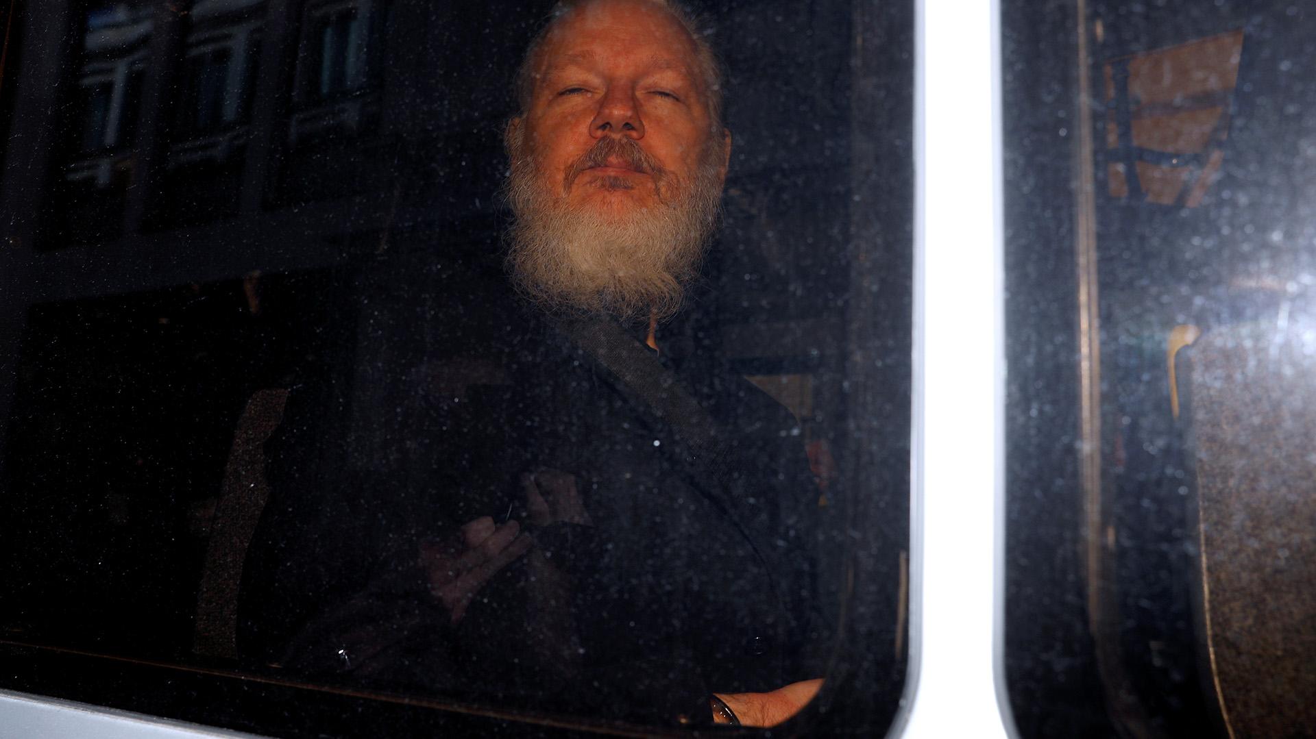 El fundador de WikiLeaks, Julian Assange, en las afueras de Westminster Magistrates Court en Londres, Gran Bretaña, tras ser detenido por la policía británica el 11 de abril de 2019. (Reuters)