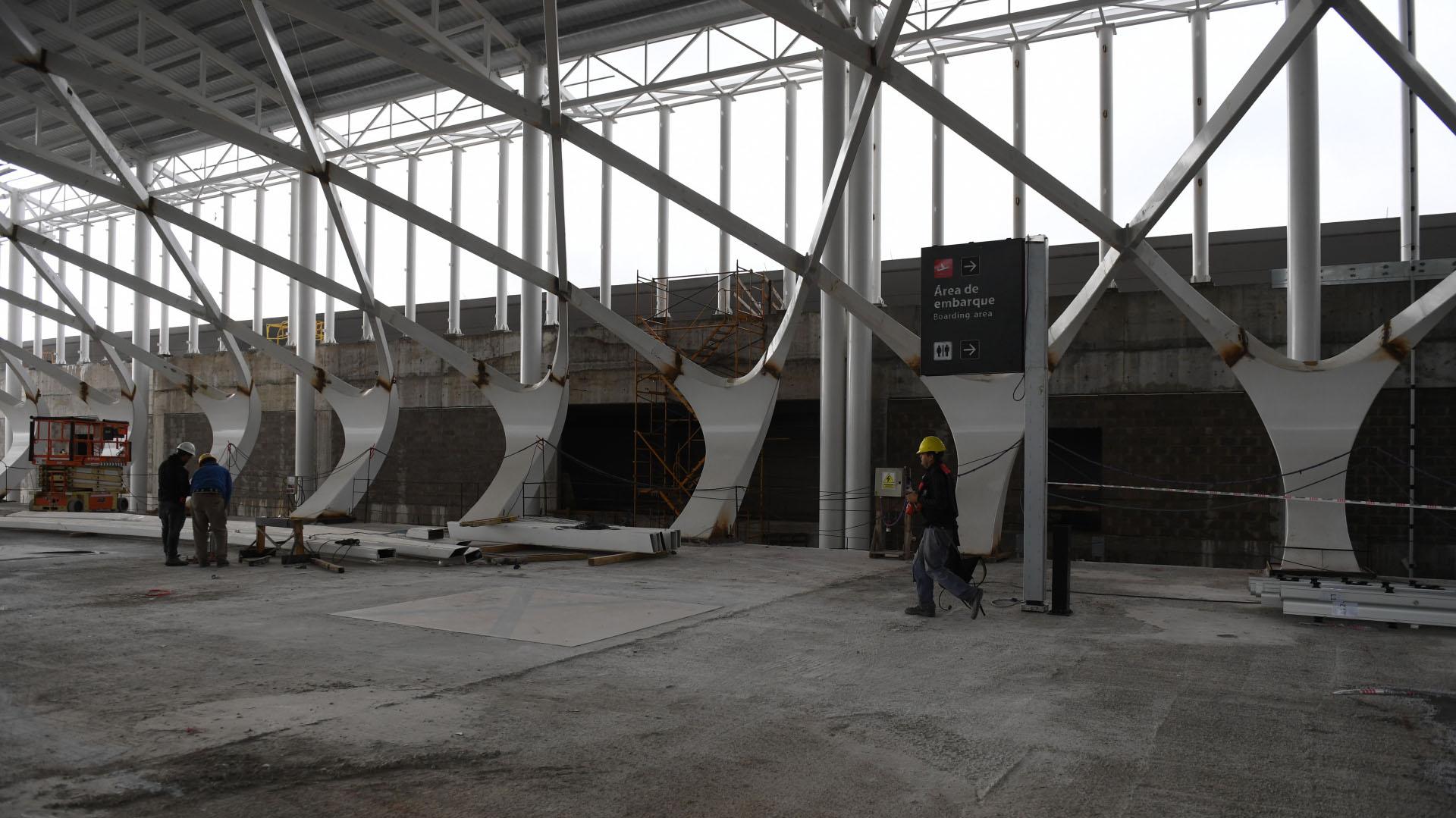 """Aún están en proceso de instalación las estructuras que envolverán el segundo piso del hall, de una extensión de aproximadamente 200 metros. En la jerga, los operarios llaman a las columnas los """"angelitos"""""""