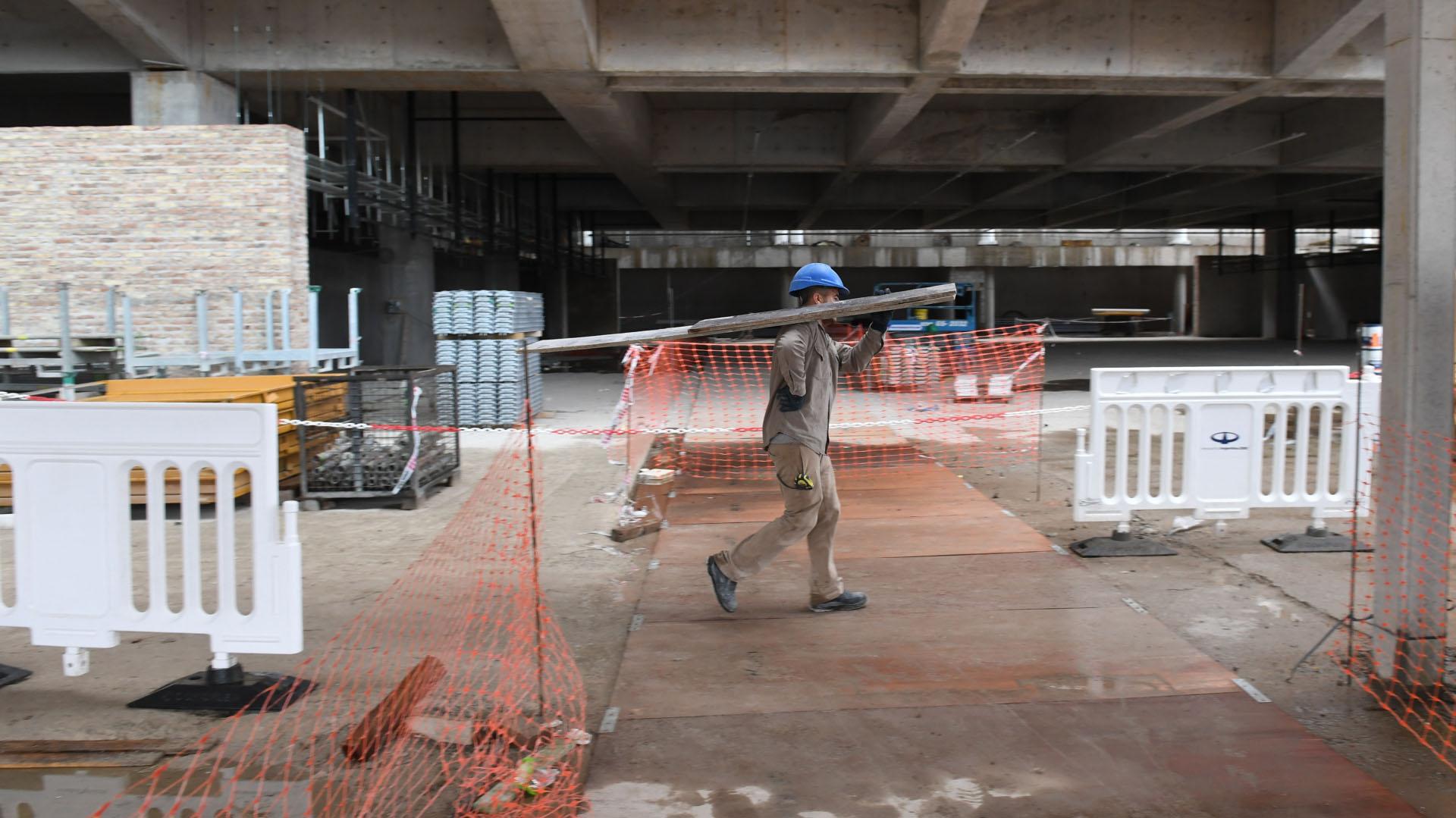Solo en estas obras del nuevo hall y el estacionamiento en varios niveles trabajan 1.200 personas. Las tareas concluirán, según las previsiones de las autoridades, durante el mes de agosto y estará operativo para recibir pasajeros a fines de septiembre