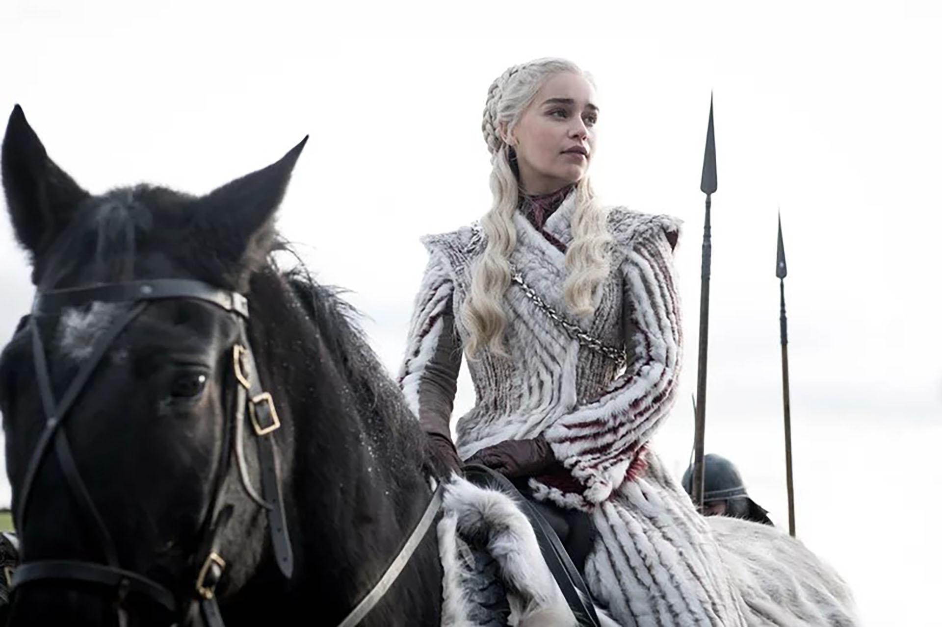 Este modelo se lució en el penúltimo episodio de la séptima temporada. Es un abrigo de piel sintética blanco con detalles en negro y marrón que lleva Daenerys cuando acude a ayudar a Jon Snow junto a sus dragones. Una pieza elegante y refinada