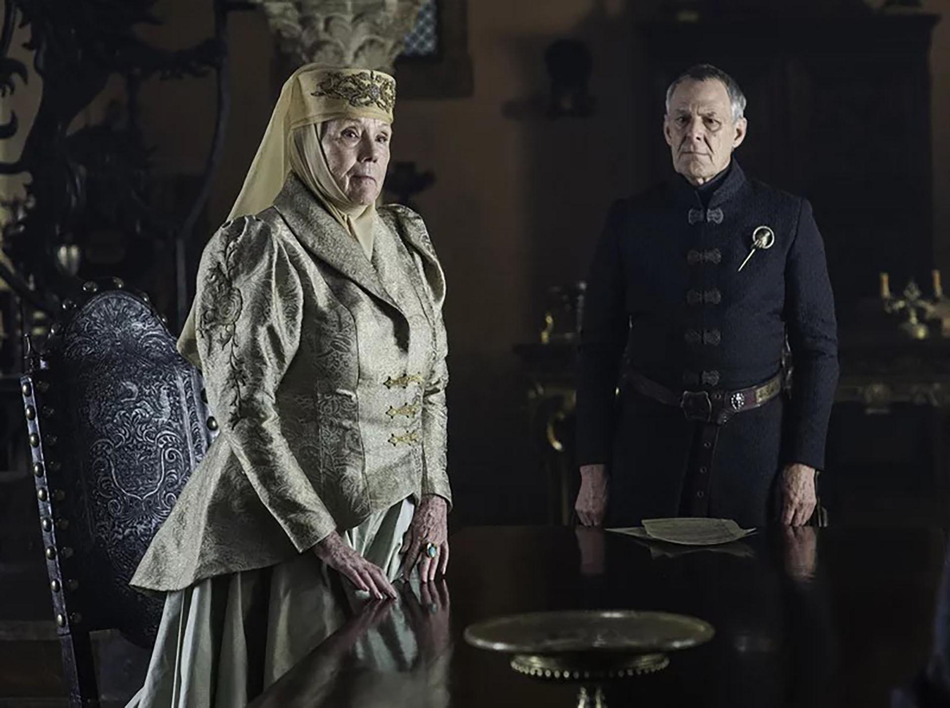 El sombrero con velo de Olenna. Los estilismos y la rigurosa elección de los tocados y sombreros para Lady Tyrell imponían respeto y majestuosidad. Los atuendos combinados de falda y chaqueta bordadas al estilo imperial