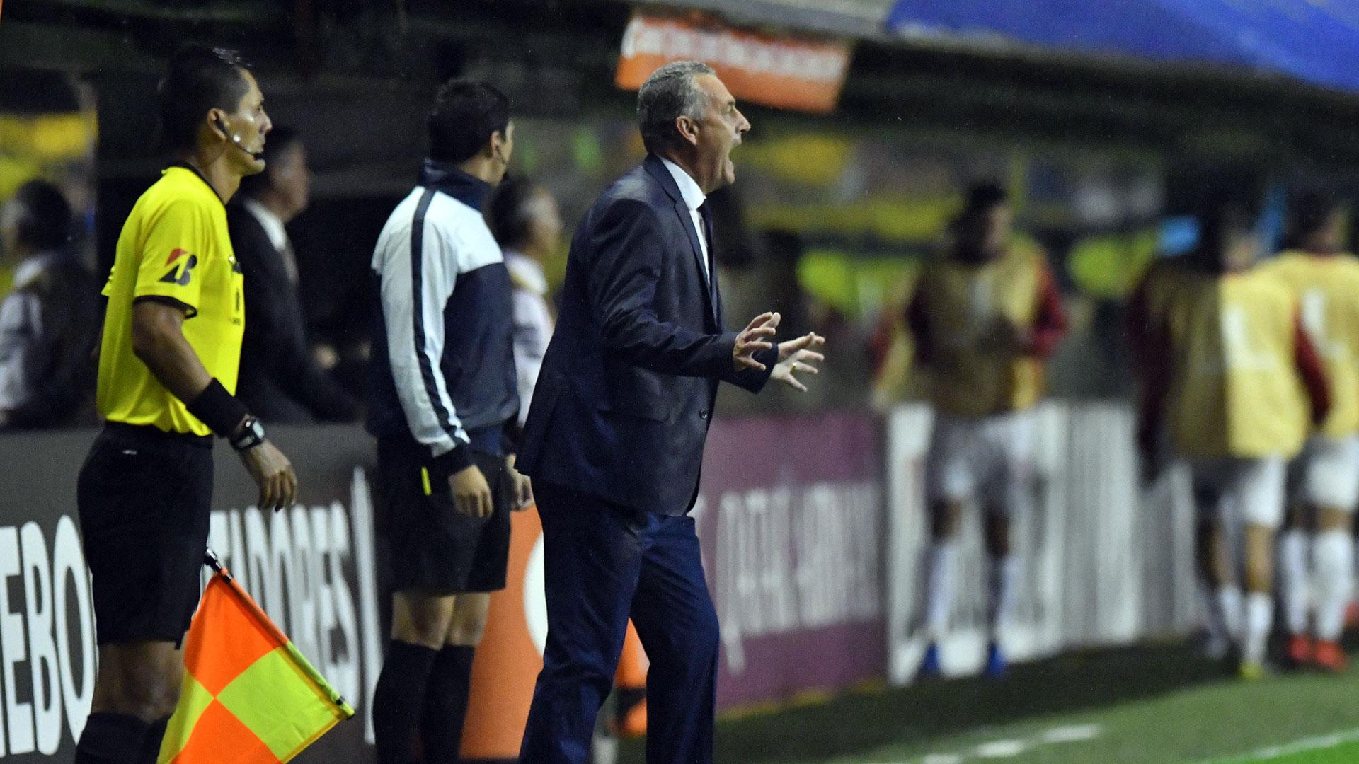 Alfaro da indicaciones durante el triunfo de Boca ante Jorge Wilstermann (Foto baires)
