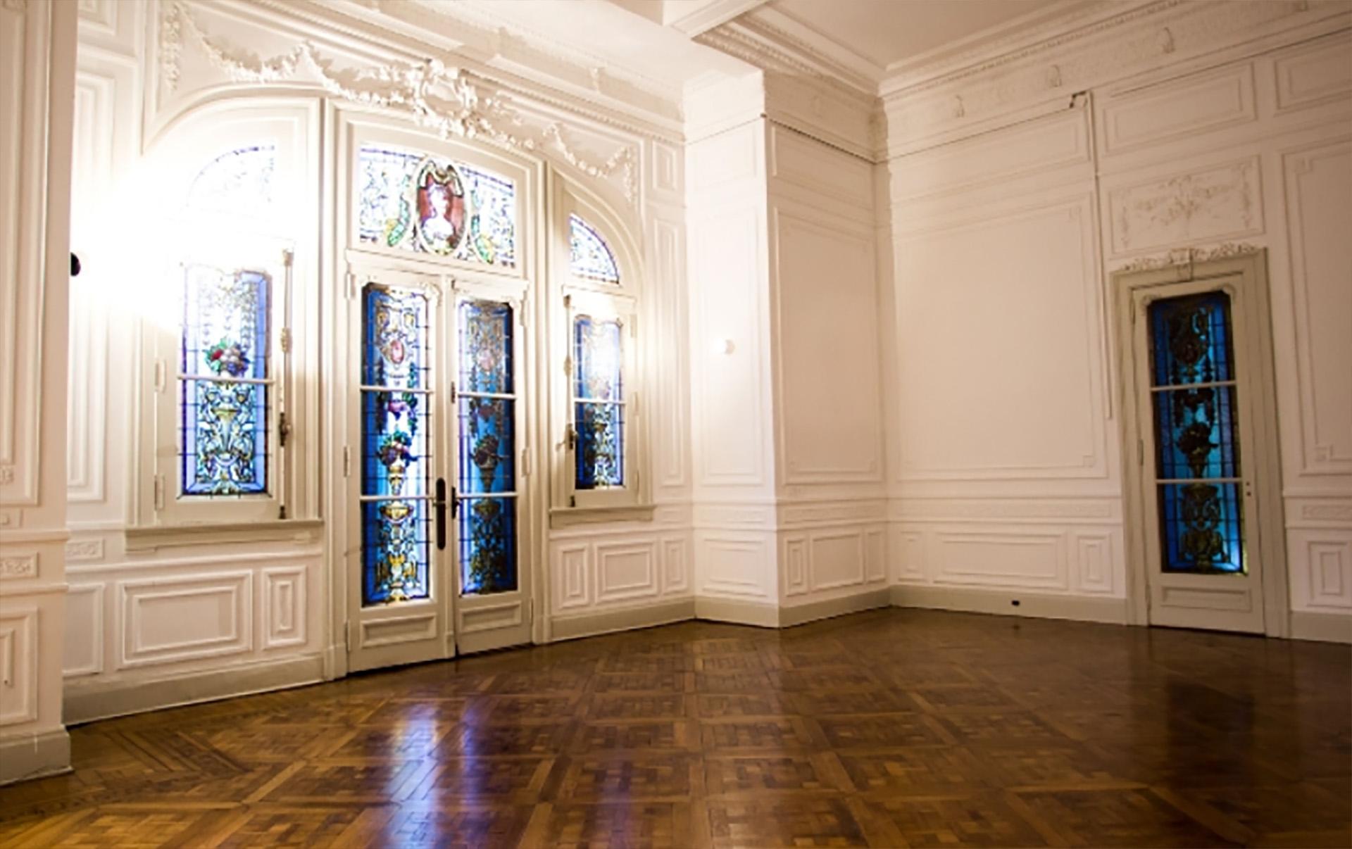 Techos de doble altura, pisos de parquet, y coloridos vitrales pintan de color los espacios de este petit hotel con características de palacio que pertenició a los Piccaluga