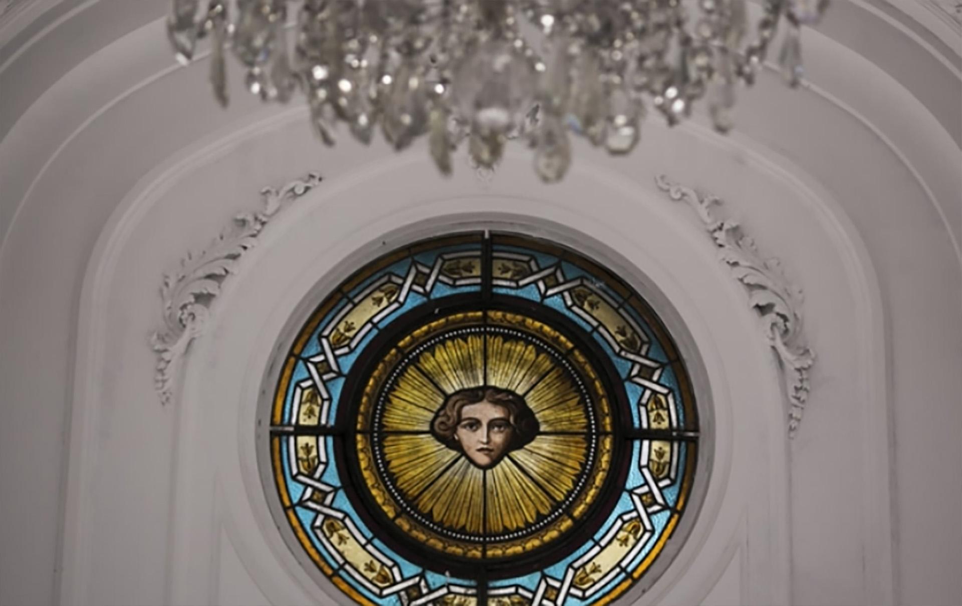 """El ángel de la guarda en vitraux """"cuida"""" y marca el centro de los salones"""