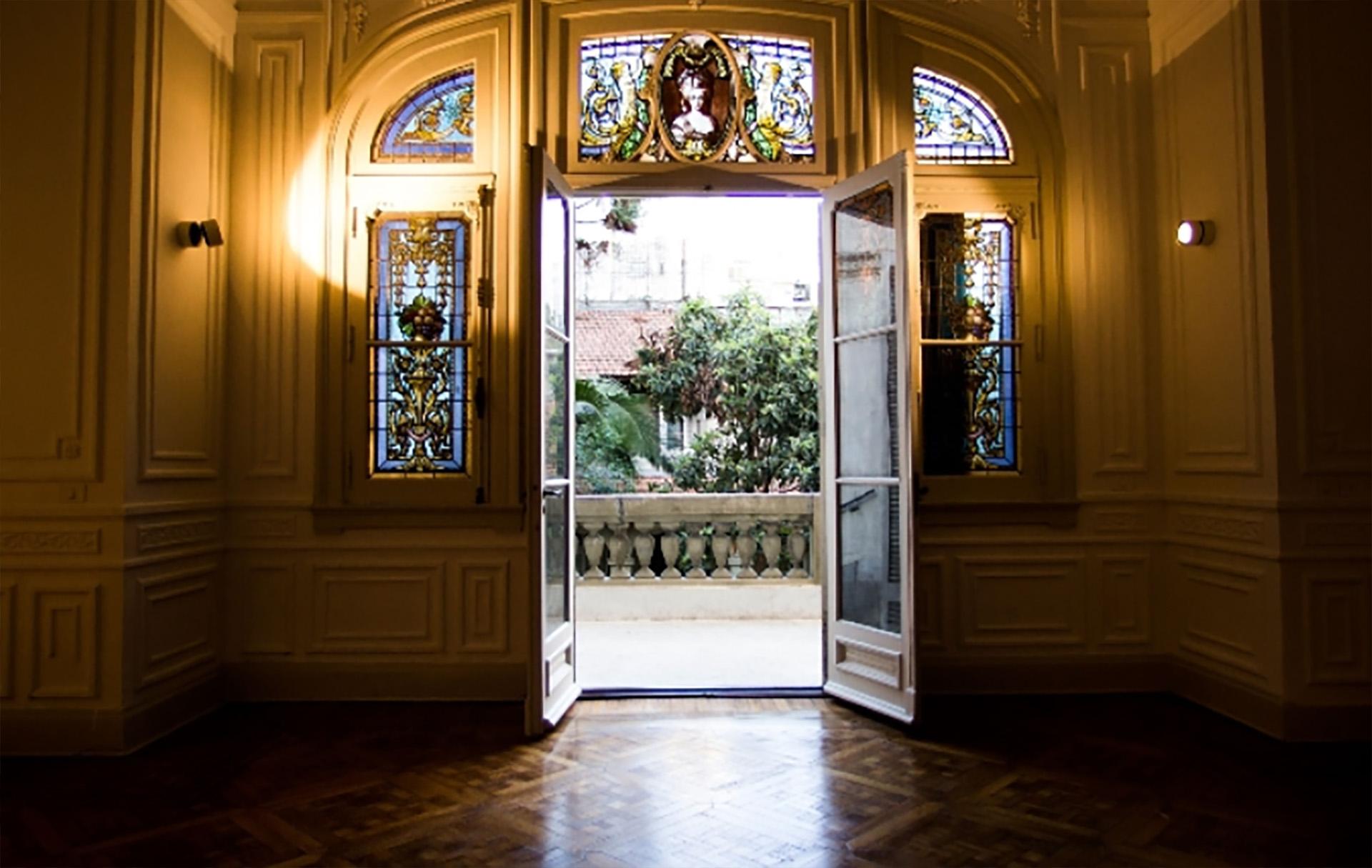 Los vitrales que enmarcan los ventanales con vista al jardín