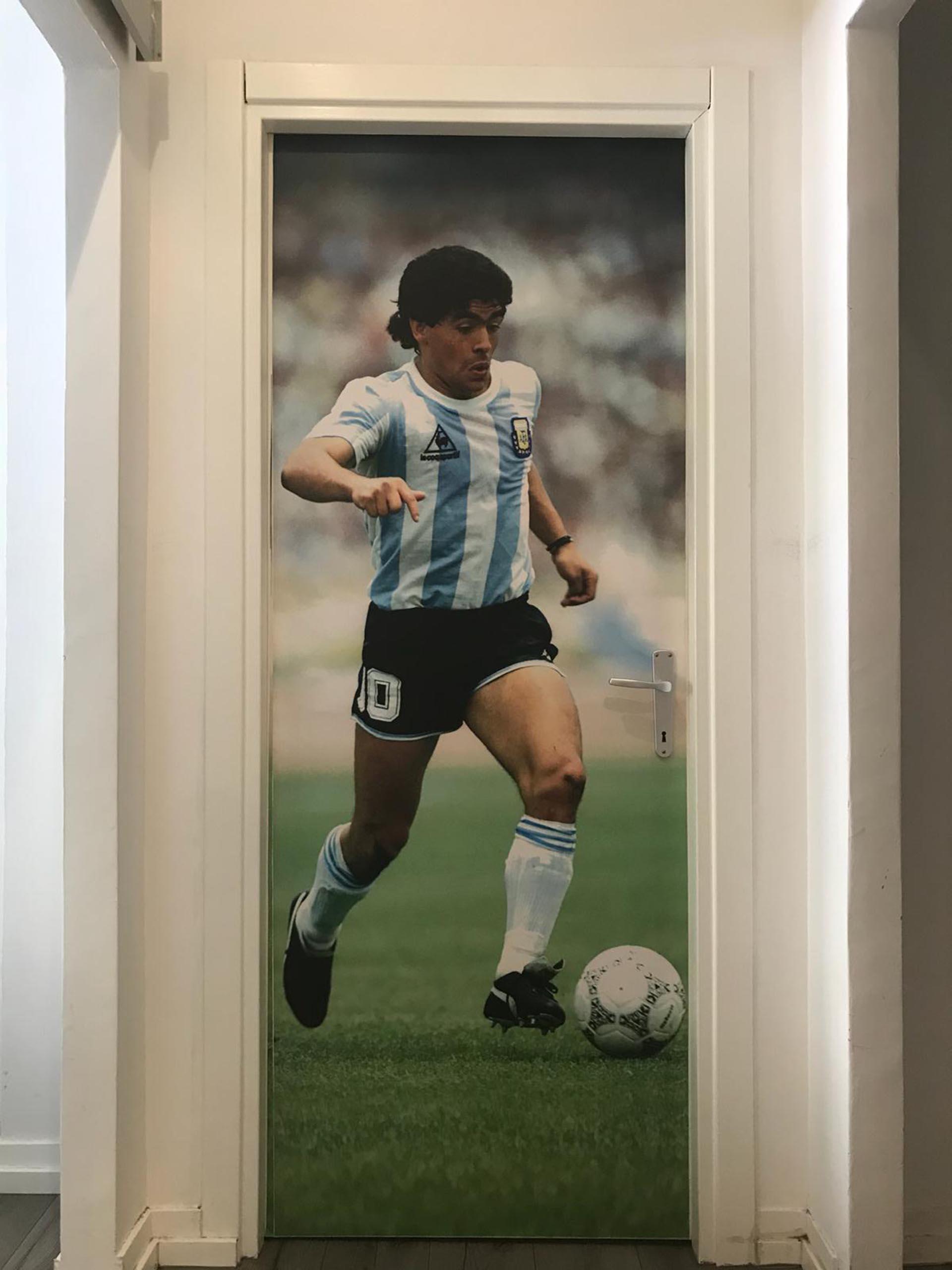 """En las oficinas de """"Cornersport"""" son fanáticos de Diego Maradona y por eso, una gigantografía suya decora una de sus puertas"""
