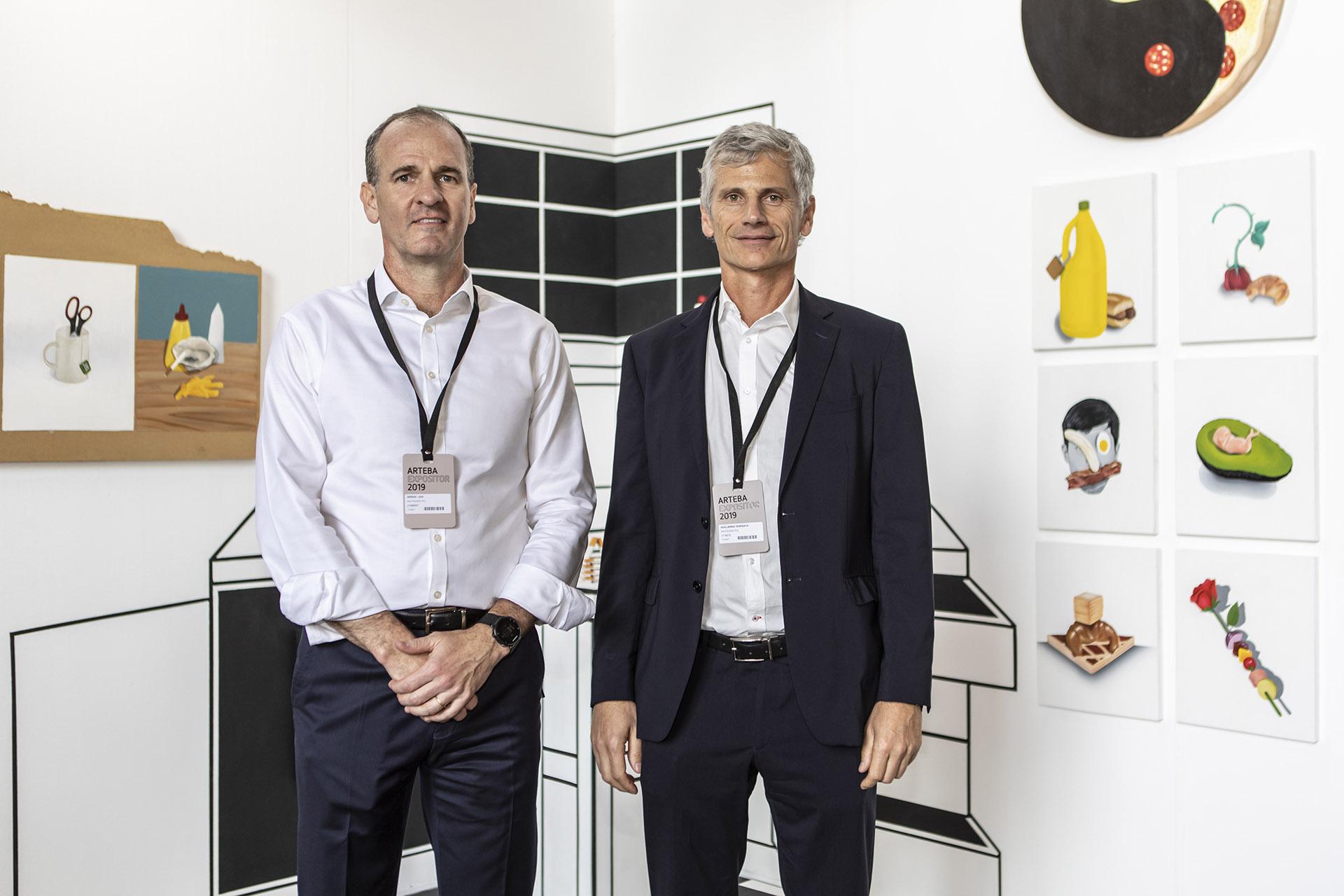 Sergio Lew (CEO Santander Rïo) y Guillermo Tempesta (Vicepresidente Santander Río) durante una recorrida en la muestra.