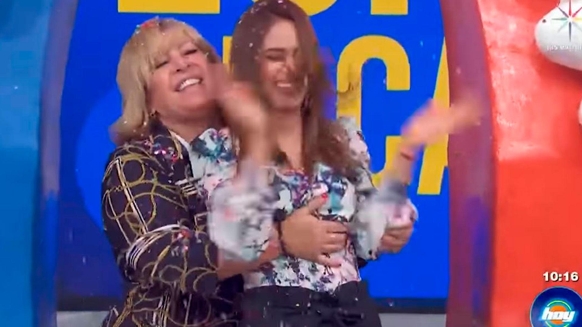La mano de Magda Rodríguez se sujeto del pecho de Yanet (Foto: Televisa/Hoy)