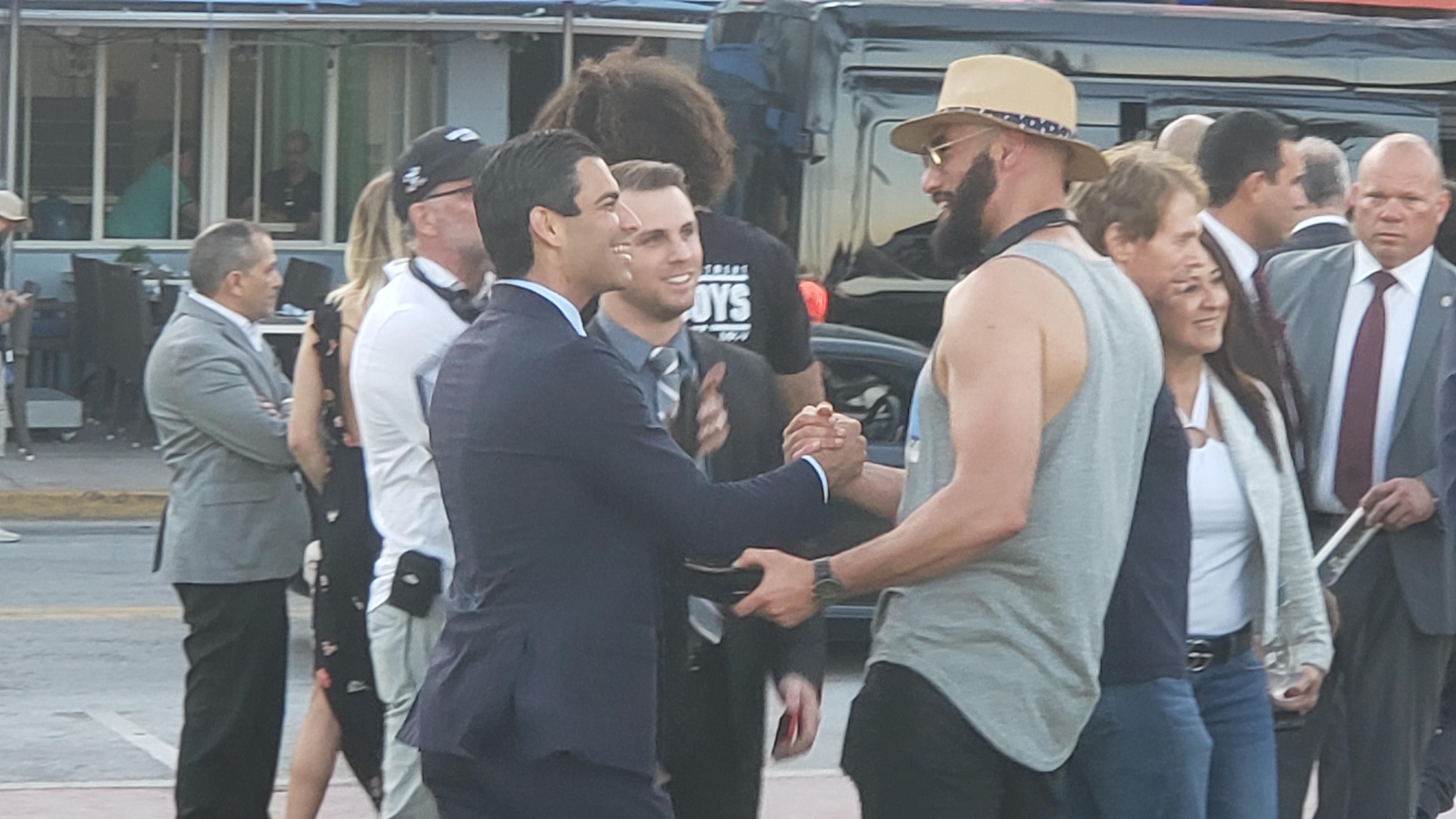 El alcalde de Miami, Francis Suárez, saludó a los directores Bilall Fallah (izq.) y Adil El Arbi y artistas durante la filmación. (Foto: Opy Morales)