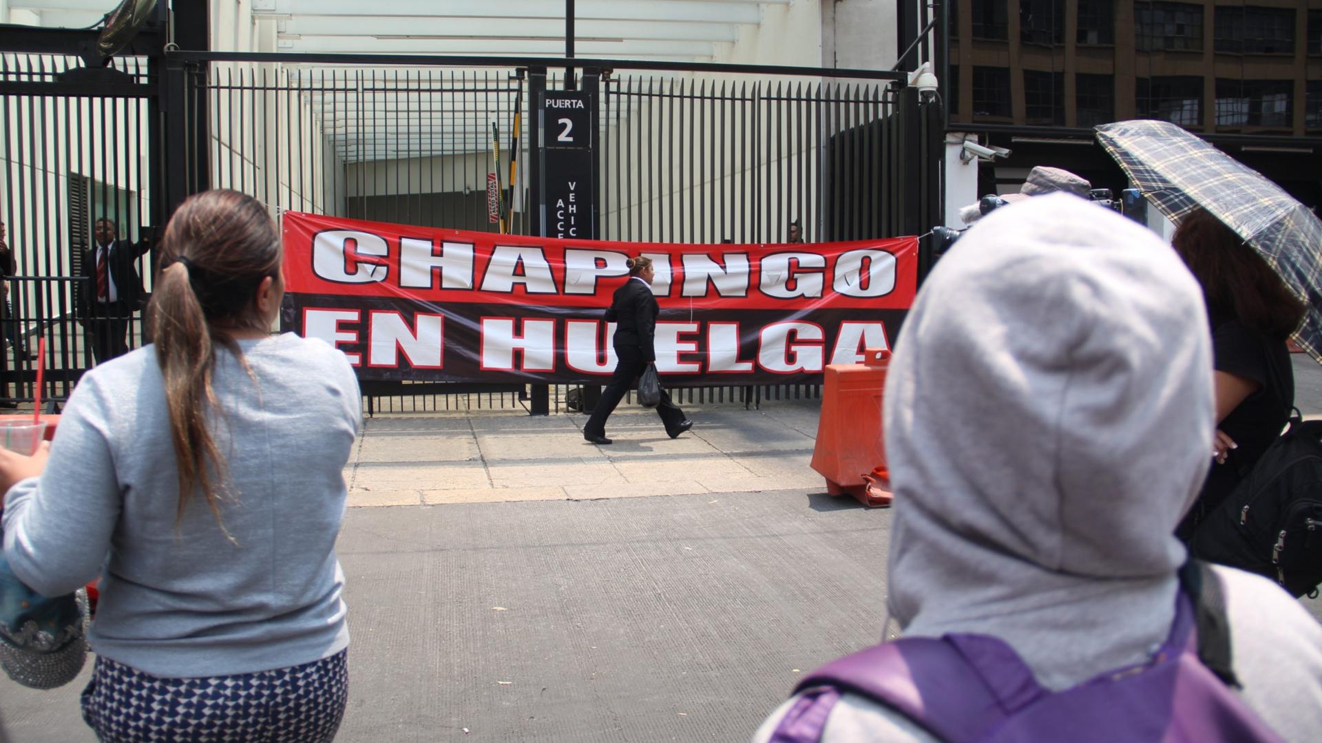 Maestros del sindicato de Trabajadores de la Universidad Autónoma Chapingo llegaron a bloquear las entradas del Senado de la República (Foto: Cuartoscuro)