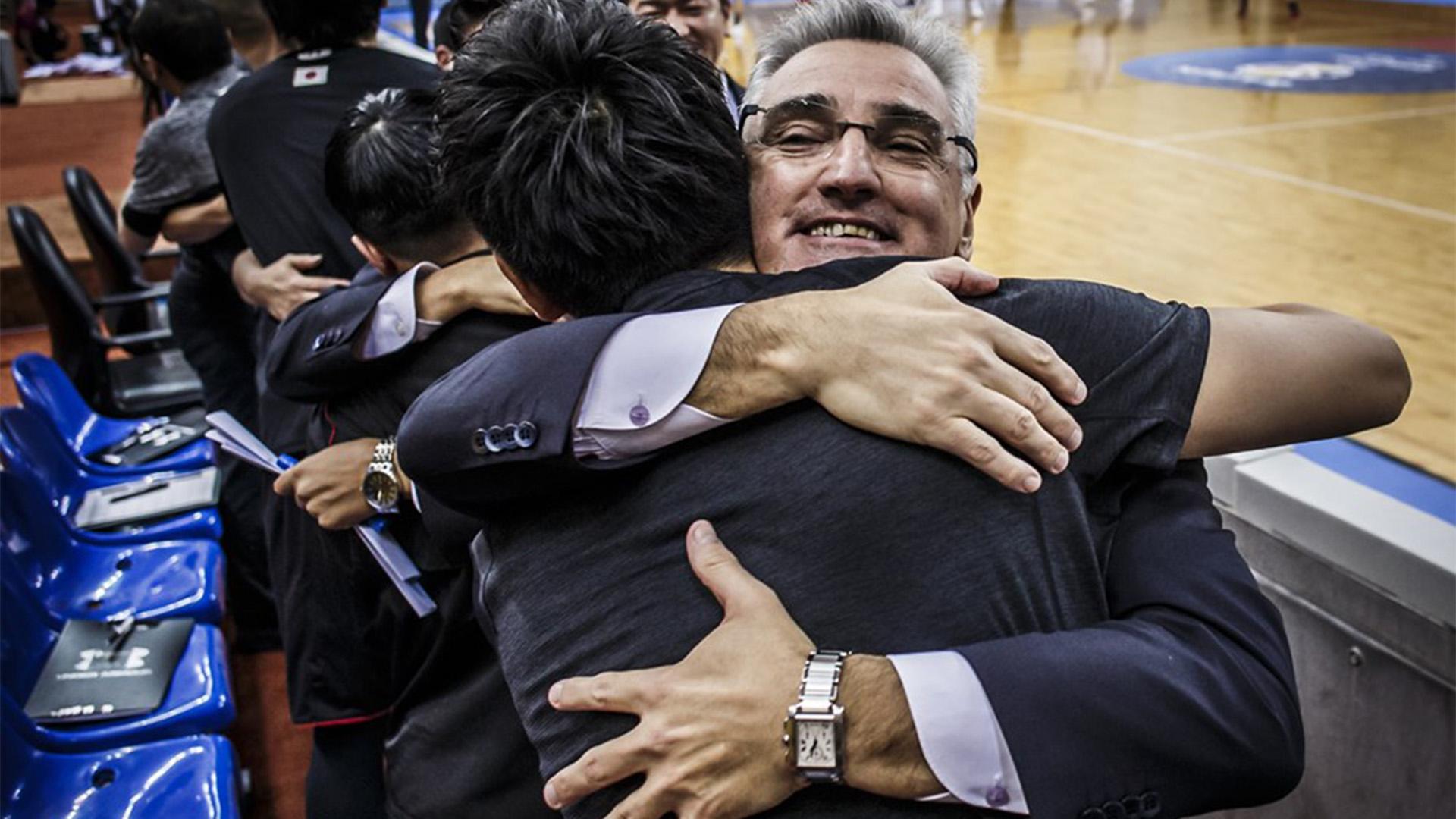 Llevó su tiempo, pero el entrenador argentino generó un vínculo de confianza con sus dirigidos (Foto: FIBA)