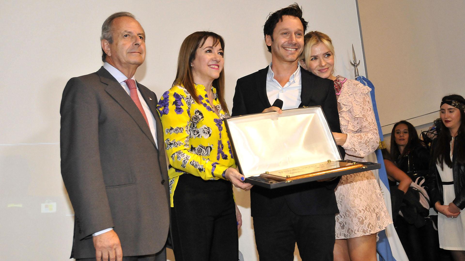 La China Suárez acompañó a su pareja en la distinción que recibió el jueves en la embajada chilena