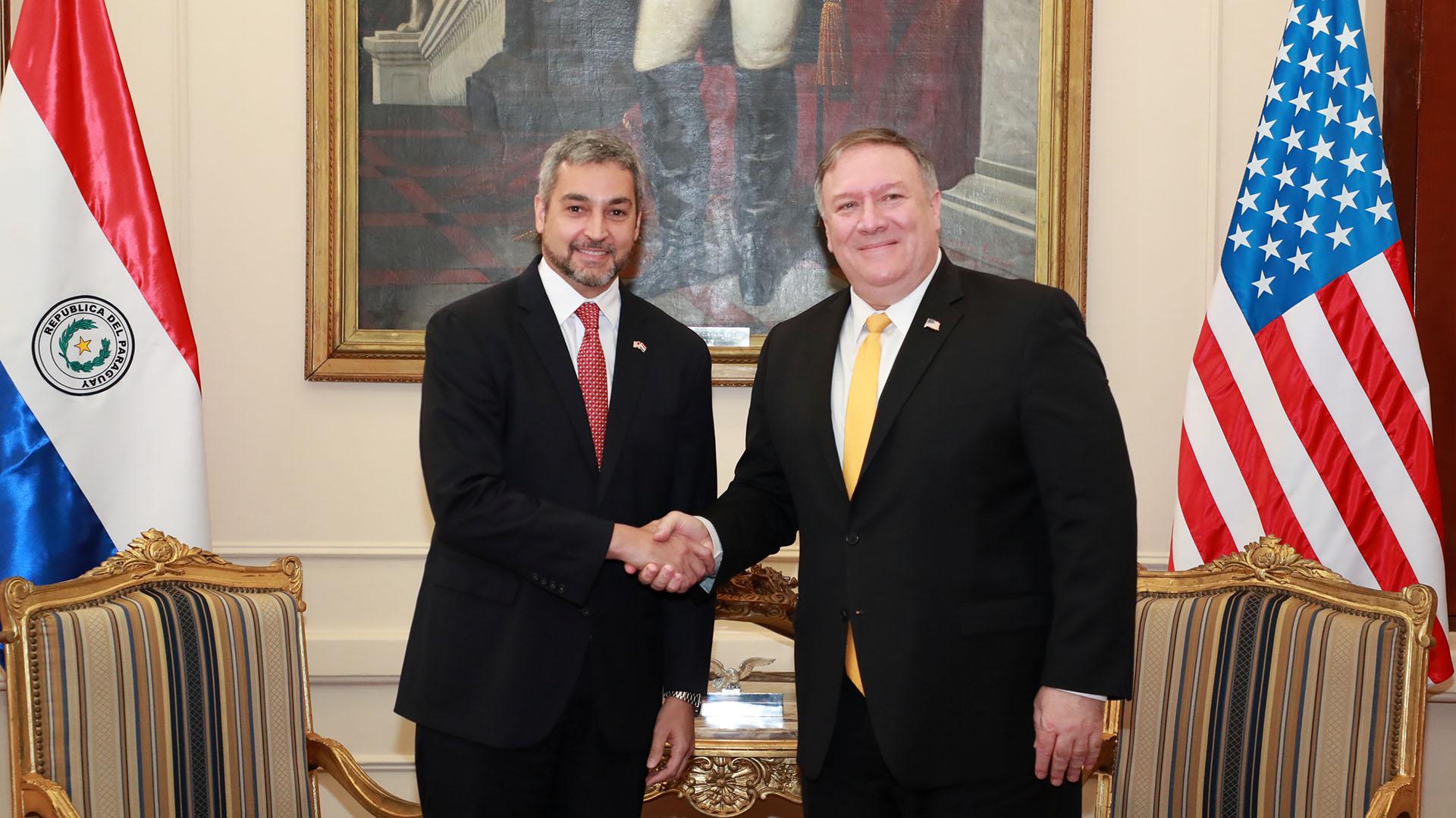 Mario Abdo junto a Mike Pompeo (Reuters)
