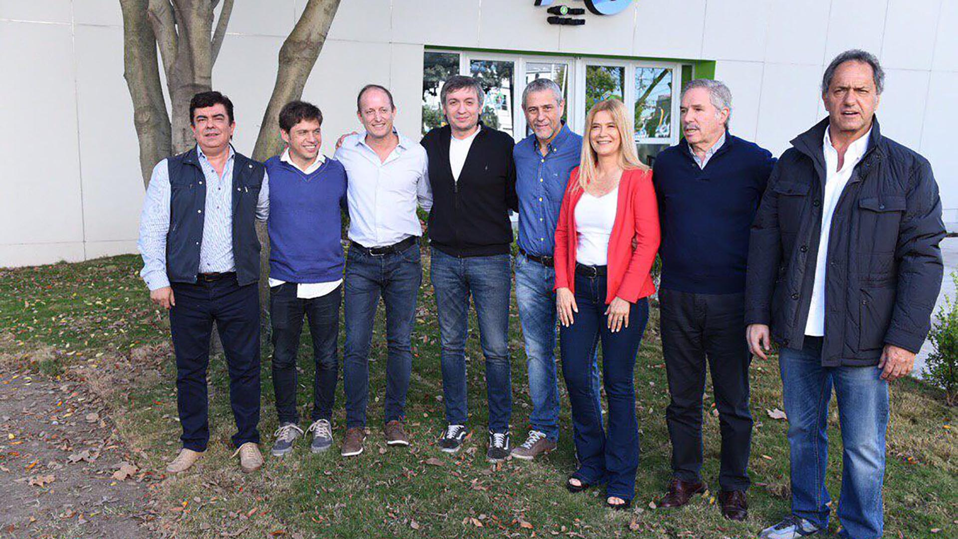 Fernando Espinoza, Axel Kicillof, Martín Insaurralde, Máximo Kirchner, Ferraresi, Verónica Magario, Felipe Solá y Scioli durante un acto en Avellaneda
