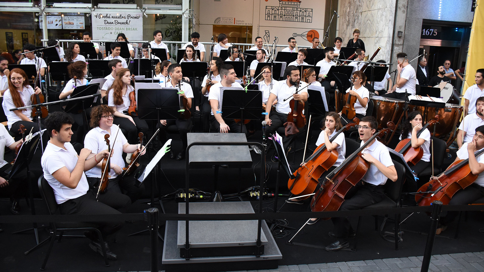 Una orquesta comenzó con las exposiciones artísticas de la tarde