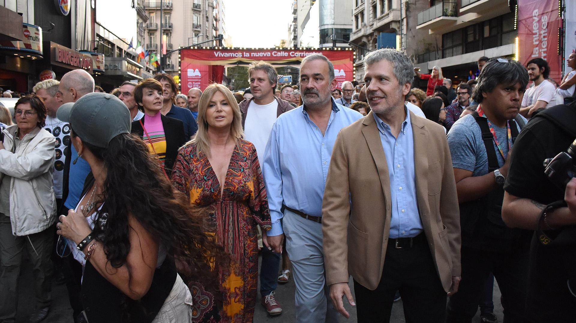 Eduardo Machiavelli, ministro de Ambiente y Espacio Público, recorrió las calles acompañado de su mujer