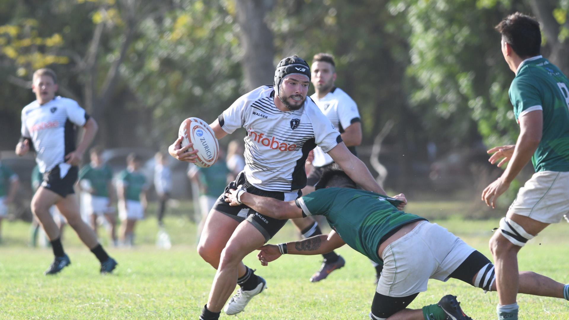Gonzalo García Lofriego, capitán de Floresta Rugby, trata de escapar de la marca. (Fabián Ramella)