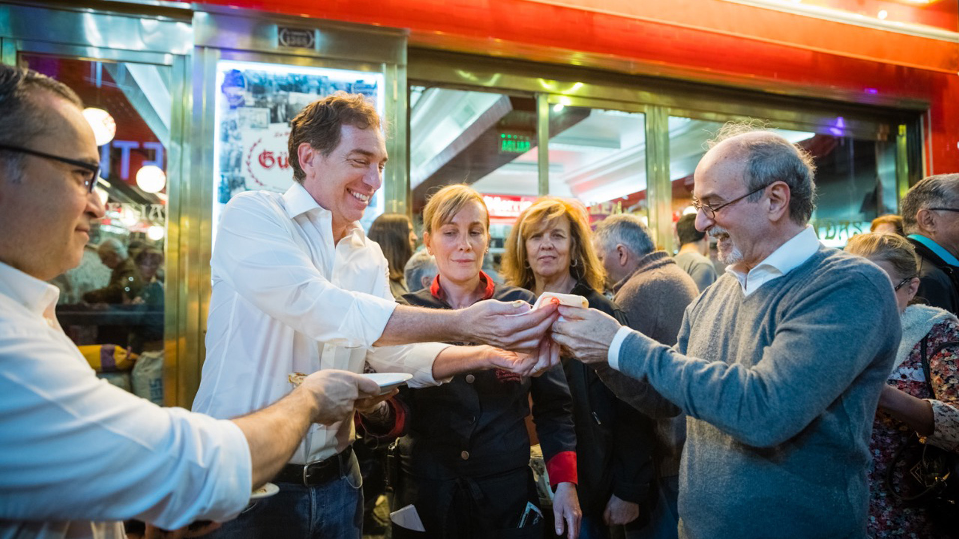 El vicejefe de Gobierno Diego Santilli en una de las clasicas pizzerías de Corrientes