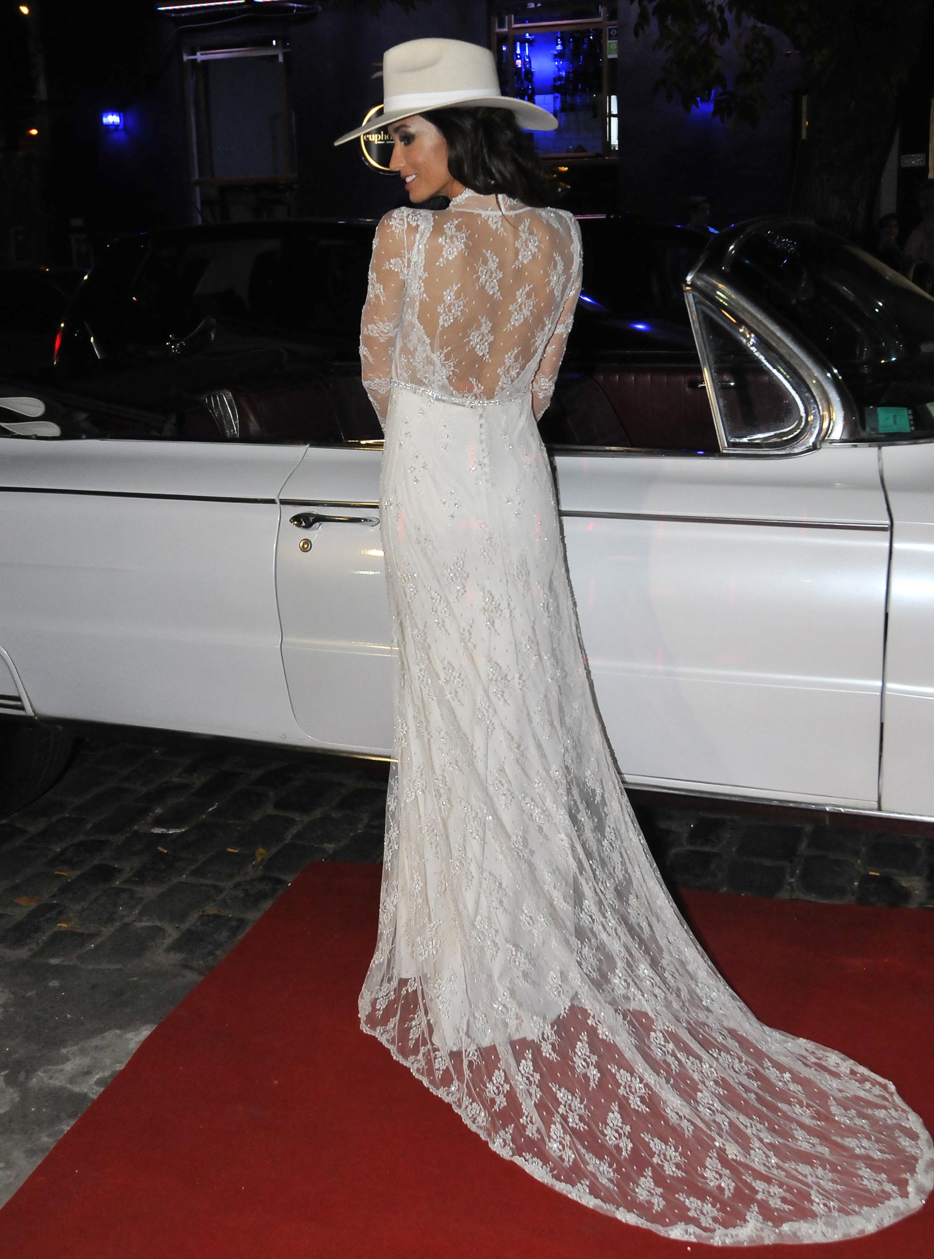 El look: Paz Cornú optó por un vestido blanco, bordado, de dos capas y un sombrero