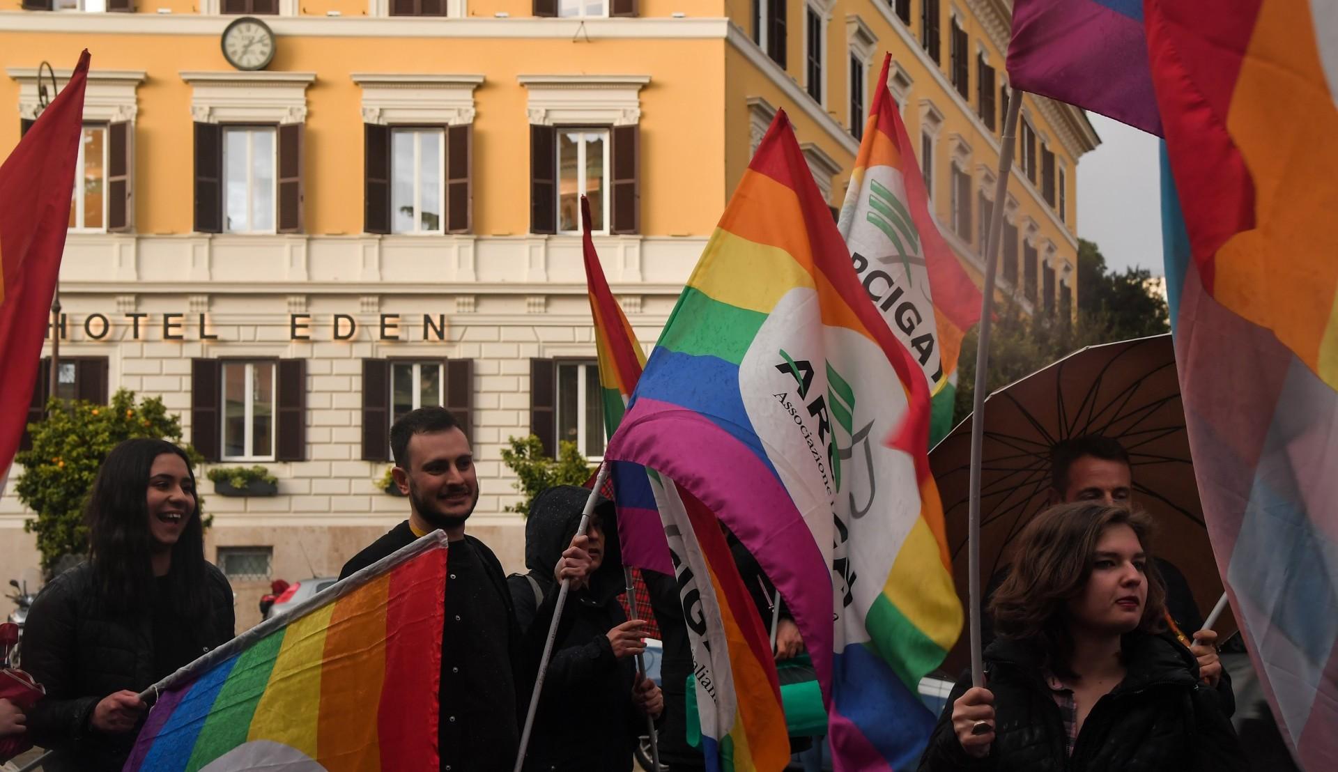 Activistas italianos en un hotel de Roma, vinculado al sultán (AFP)