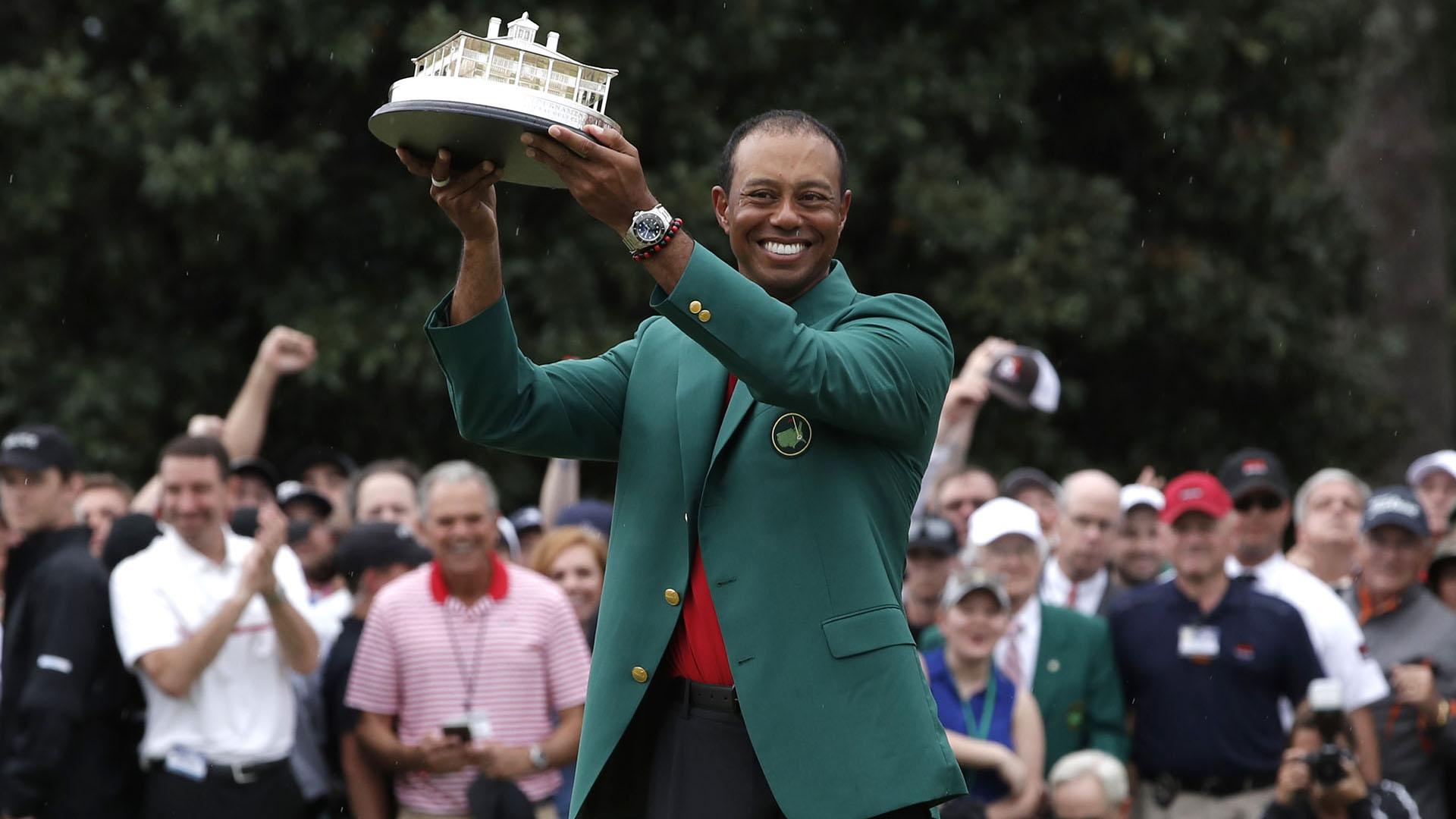 Momento supremo: Woods levanta el trofeo del Masters de Augusta con la tradicional chaqueta verde(REUTERS/Mike Segar)