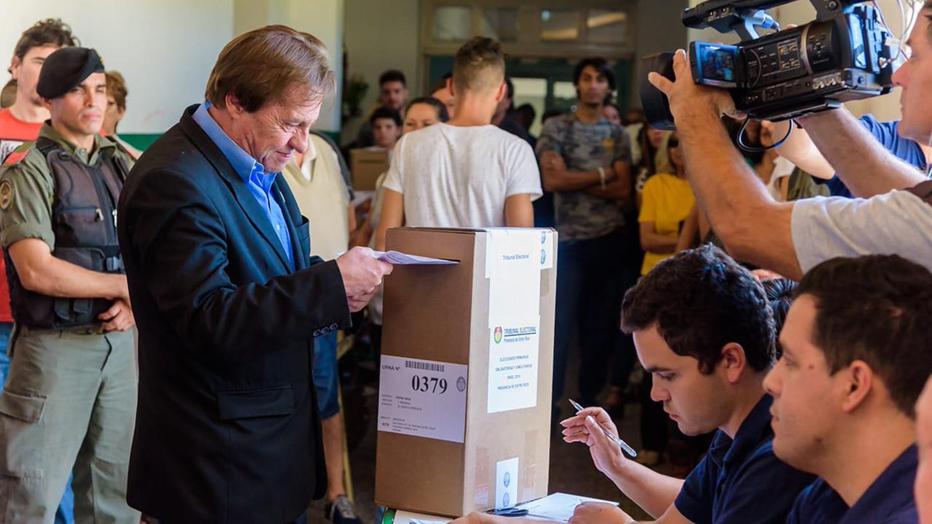 El intendente de Paraná, Sergio Varisco, votó ayer en las PASO (Twitter: @SergioF_Varisco)