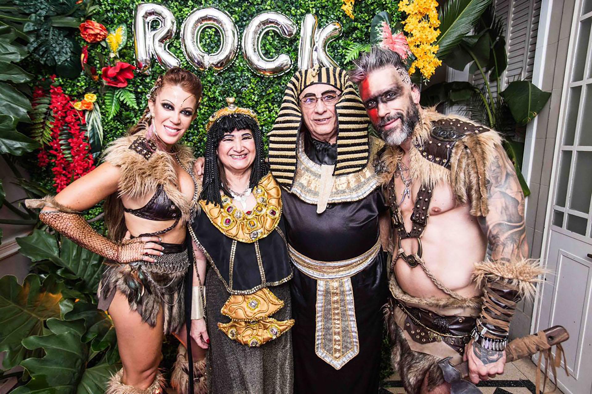 Christian Halbinger y Miriam Lanzoni con algunos de los invitados a la fiesta de disfraces