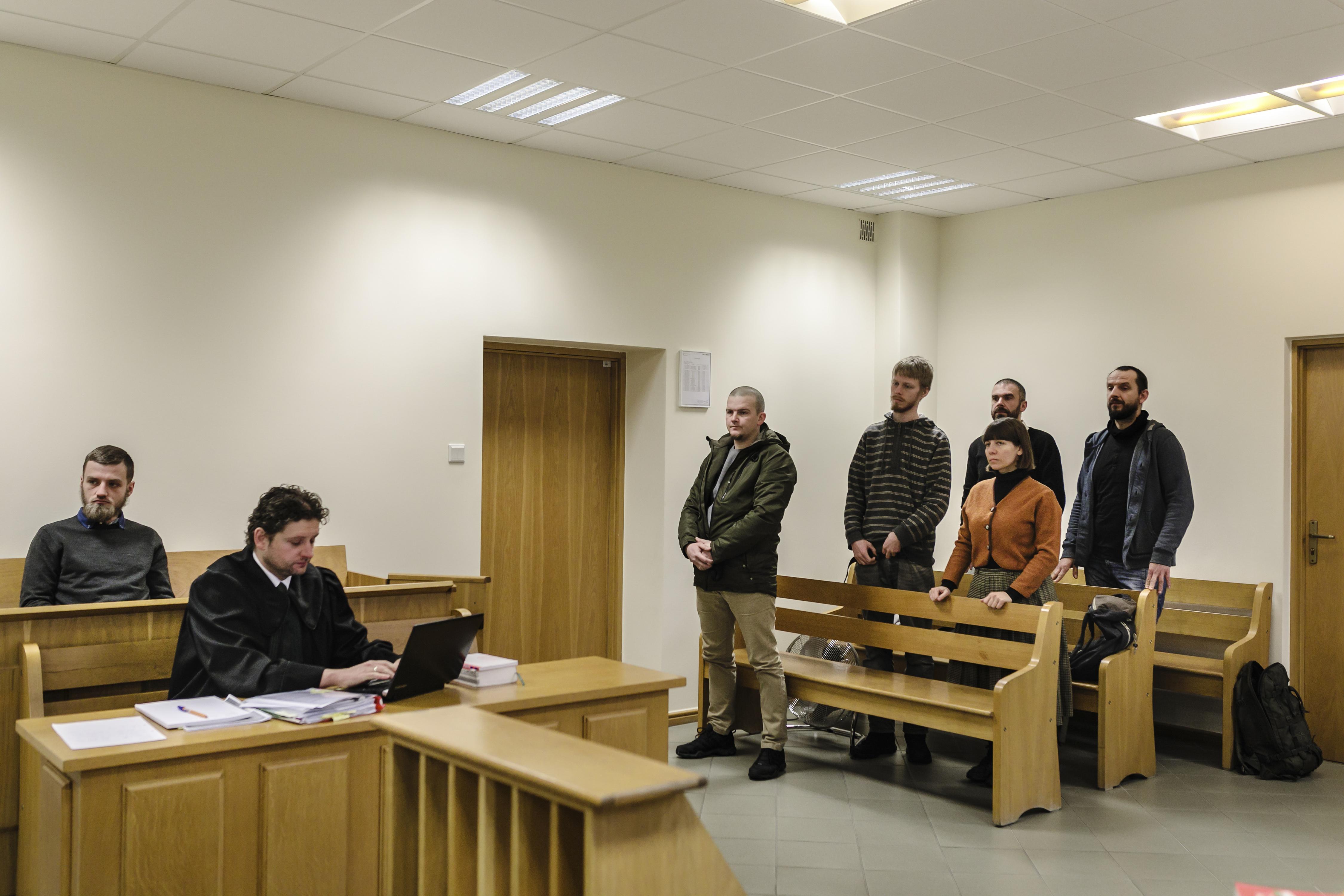 El juicio de Lukasz Lyskawka, a la izquierda, un activista condenado por el ataque a guardias forestales (Andrea Mantovani/The New York Times)