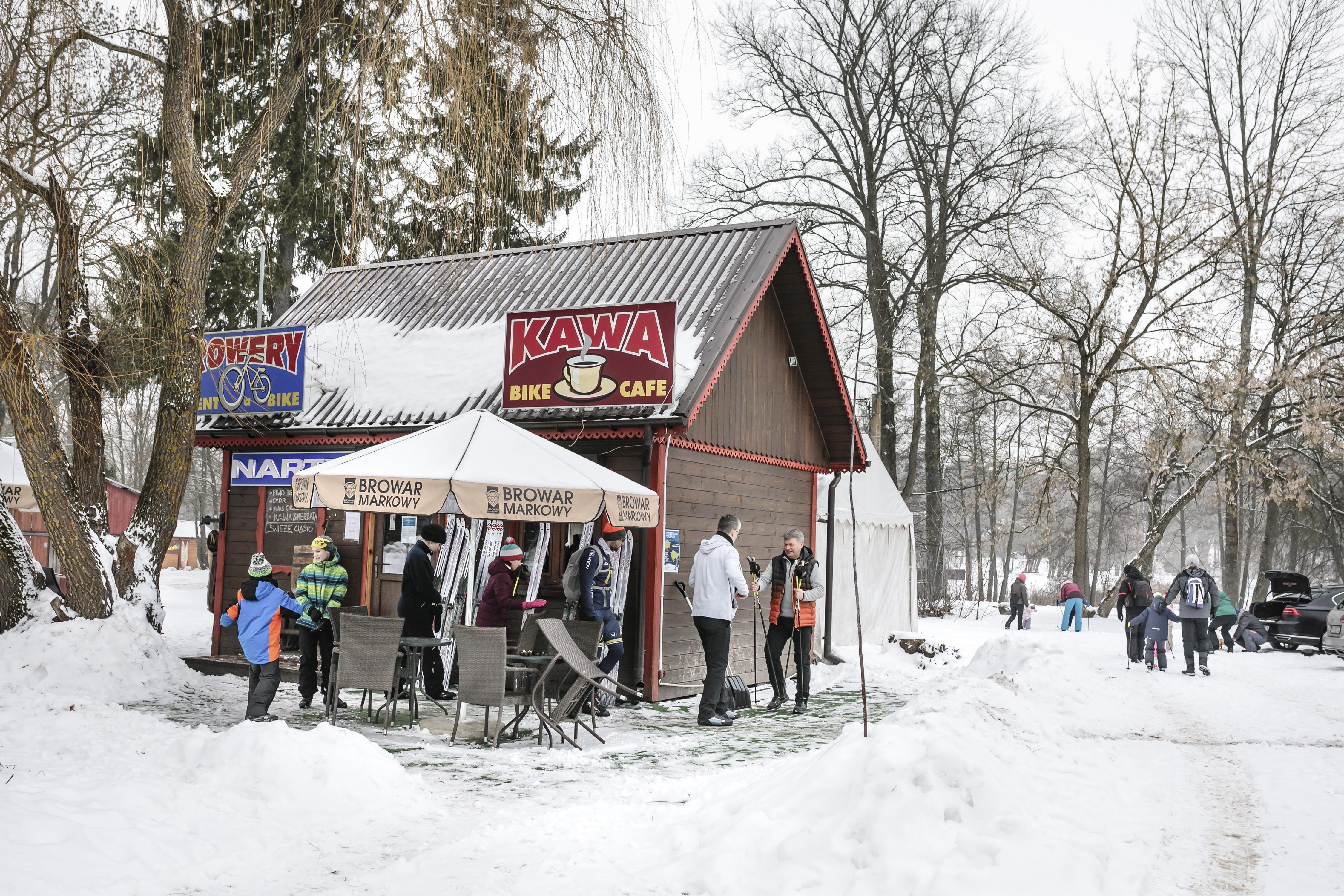 Slawomir Dron, con un chaleco naranja, administra una cafetería a la entrada del bosque, y apoyaba a activistas y científicos que se oponían a la tala. (Andrea Mantovani/The New York Times)