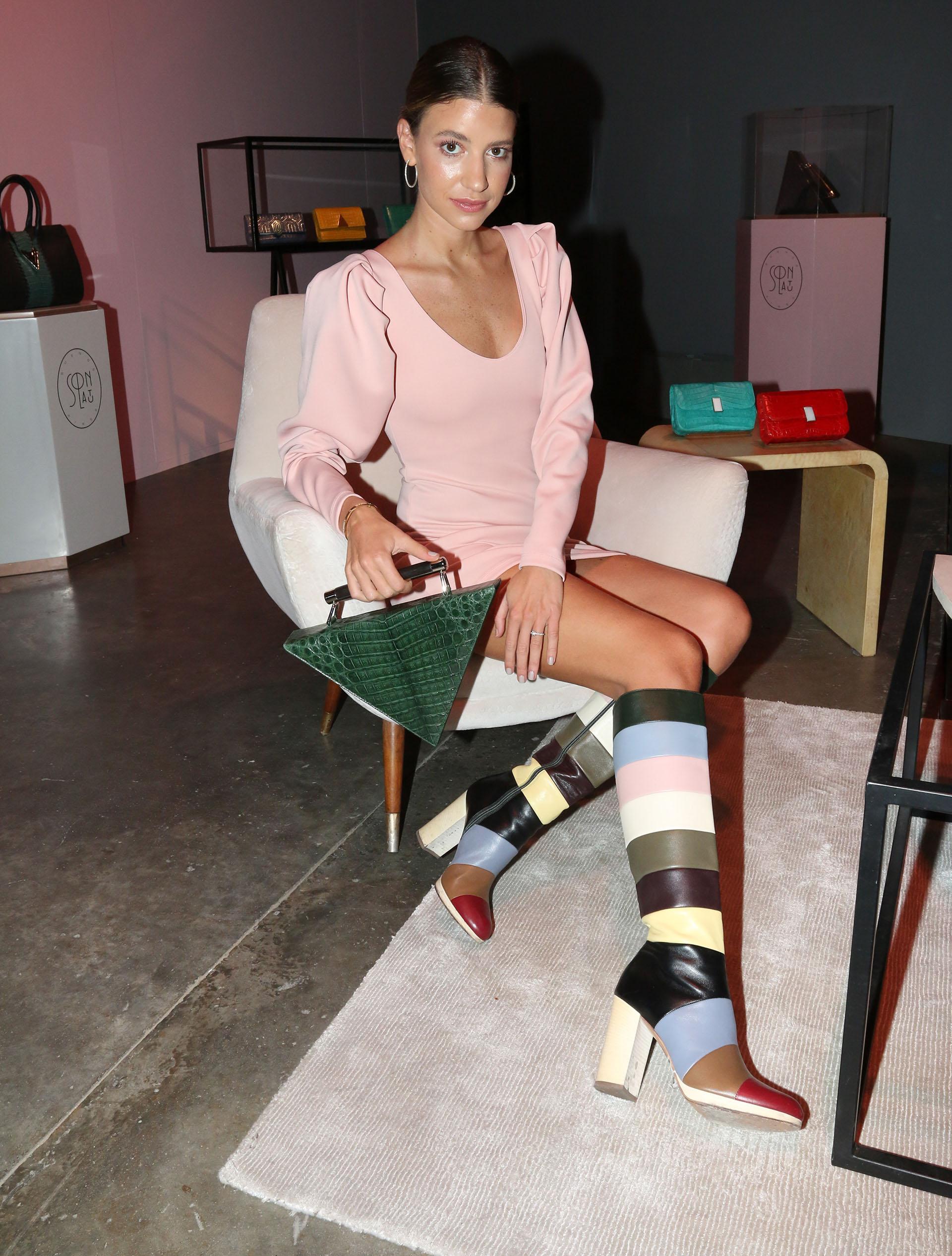 Angie Landaburu con una cartera 'Marta' en el lounge de Solantu