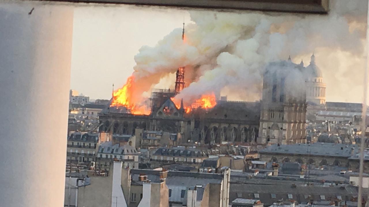 Las llamas salían del techo del icónico edificio construido en el siglo XII. No se informó de inmediato si alguien resultó lastimado.