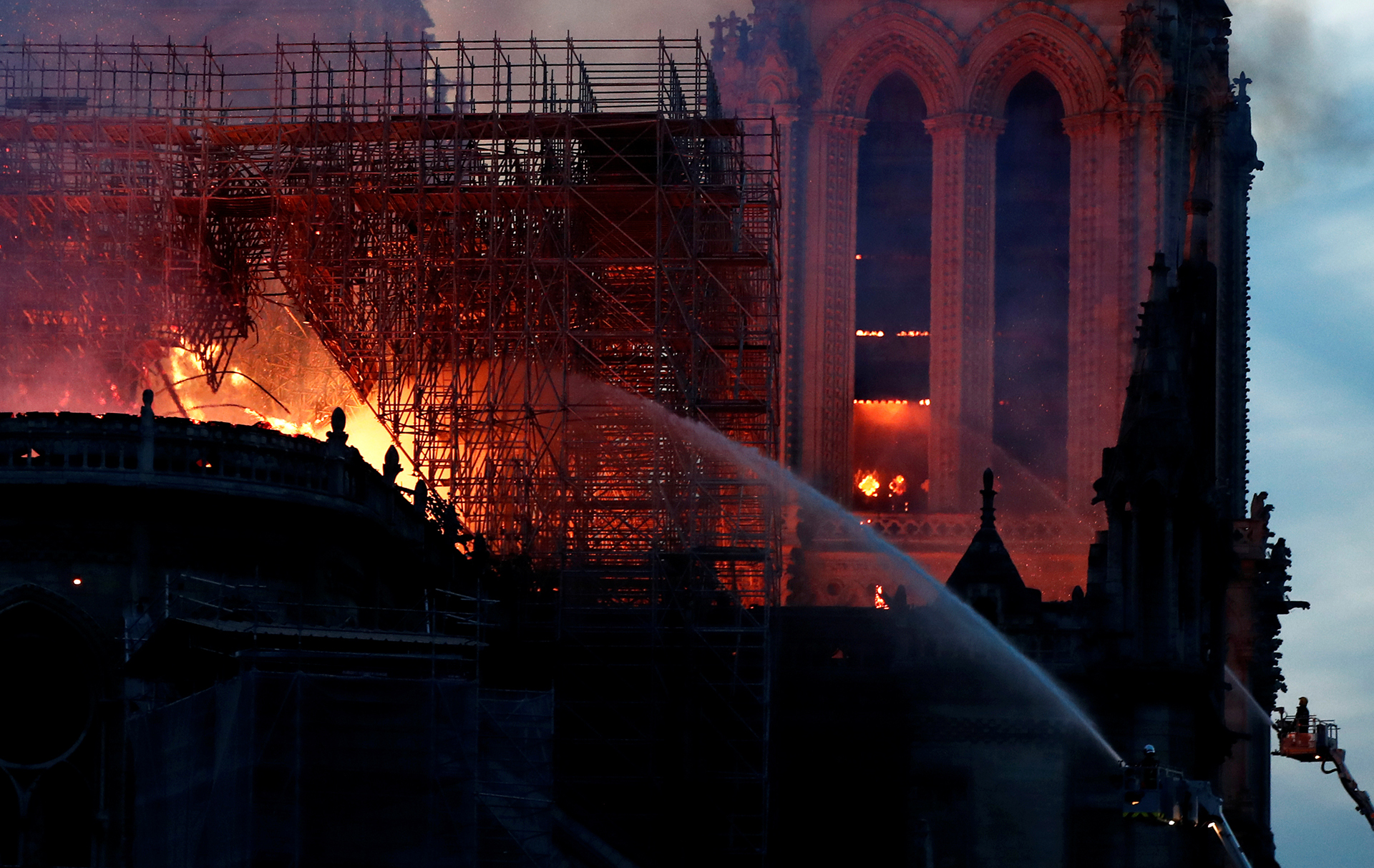 Cayó la noche en París y el fuego no cede(Fotos de AFP y REUTERS)