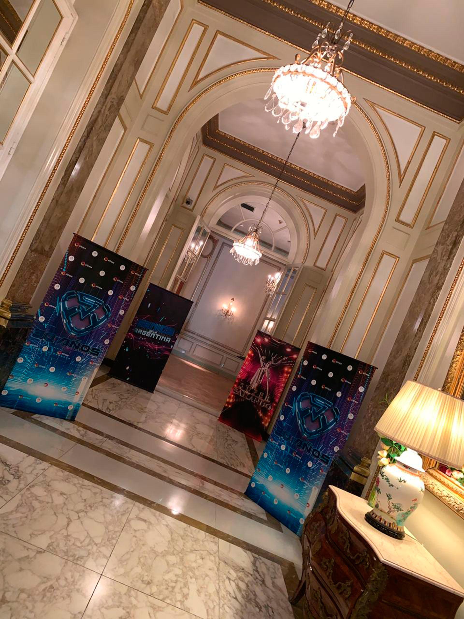 Los banners en la entrada del Alvear Palace Hotel (Foto GENTE)