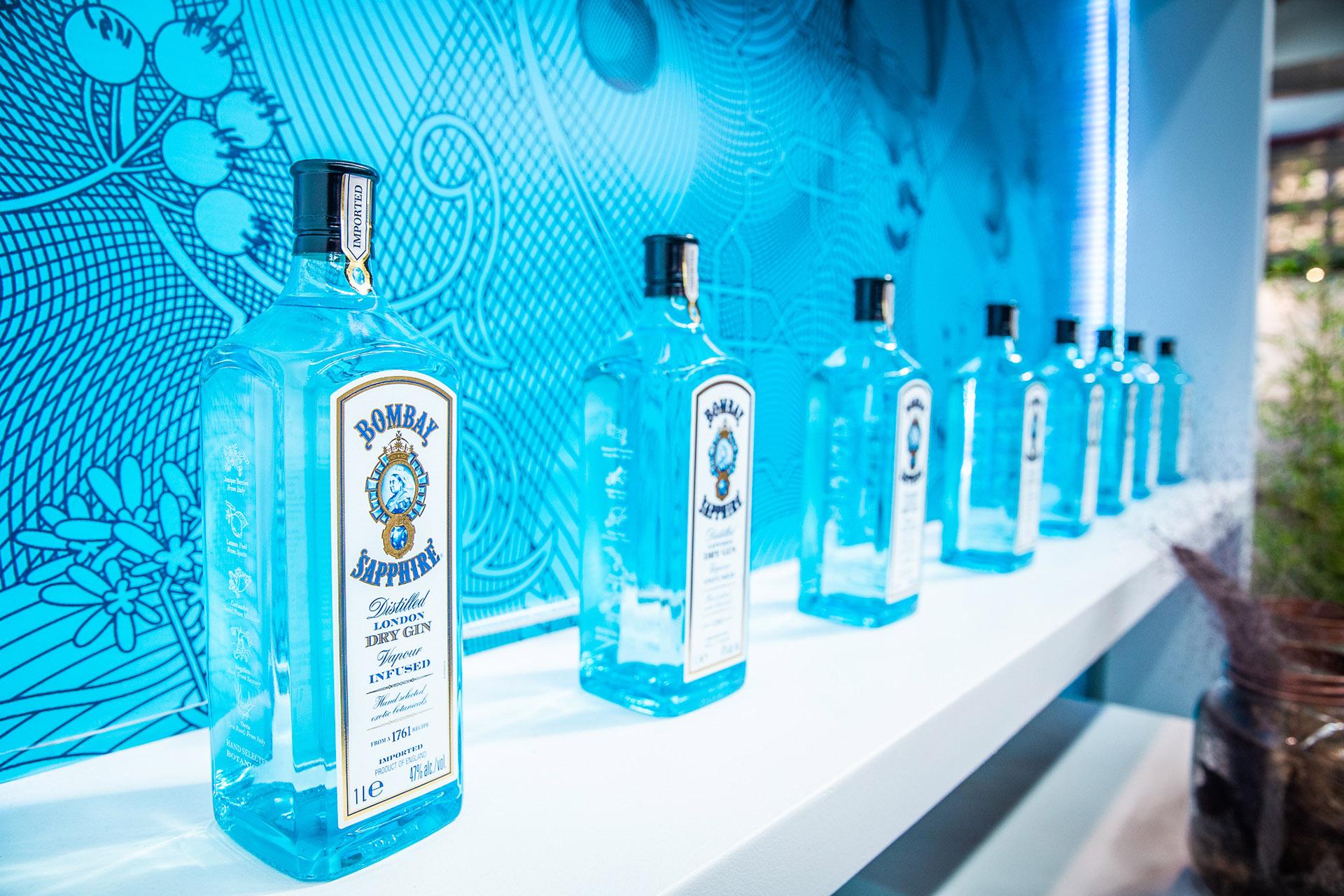 """""""1 Par Gin, 3 Parts You"""", es la idea que dispara el cóctel CANVAS donde el consumidorpodrá participar de la experiencia de la creación de su Gin Tónic mientras conoce más sobrelos botánicos que componen Bombay Sapphire."""