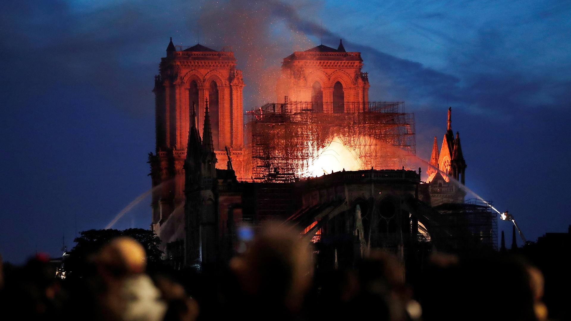 La Fiscalía de París ha abierto una investigación para determinar las circunstancias del incendio que afectó a gran parte del tejado de la catedral de Notre Dame (Foto: EFE/IAN LANGSDON)