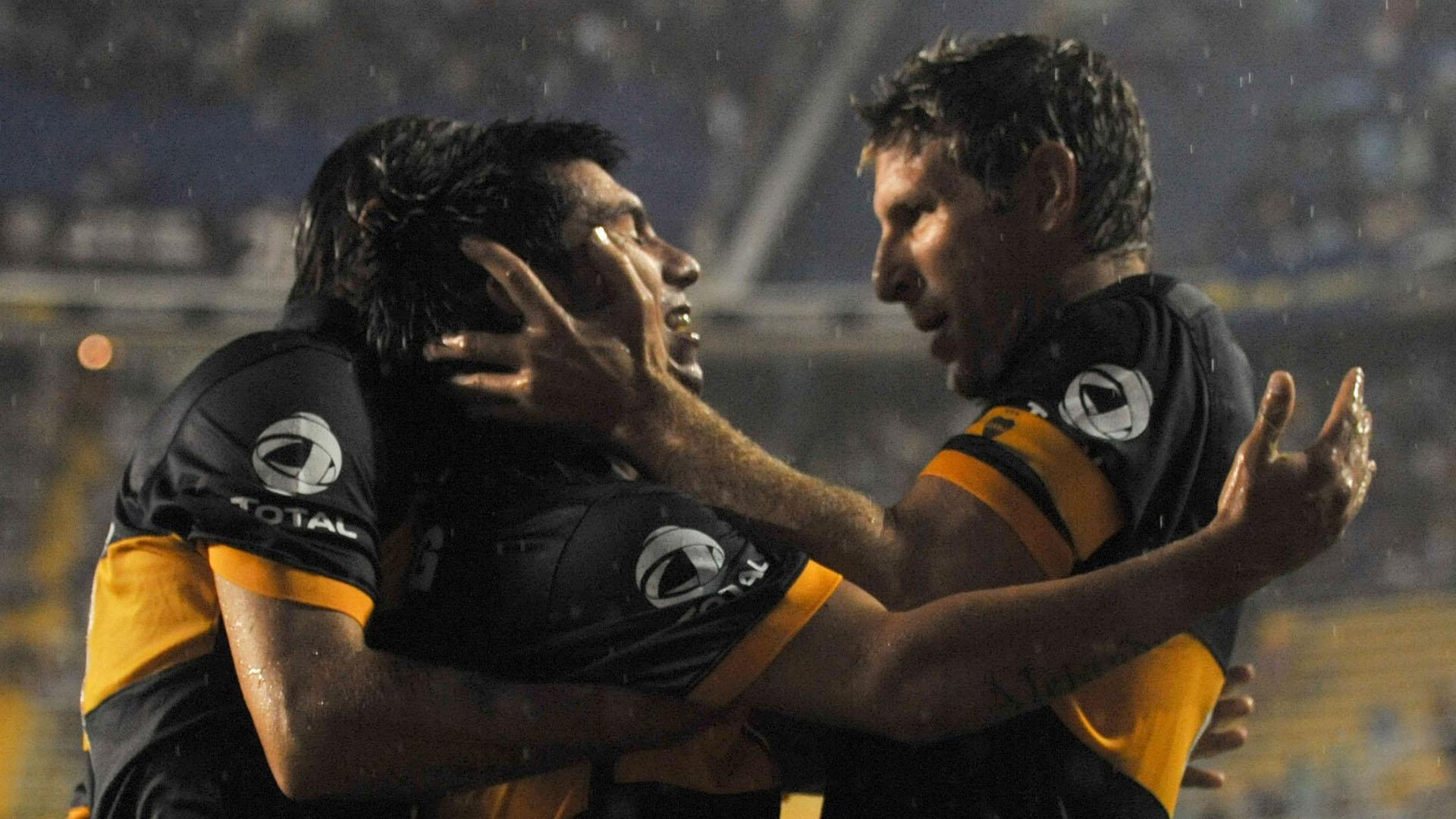 Gary Medel festeja junto a Martín Palermo luego de convertir el primer gol de Boca frente a Lanús, en un válido por la segunda fecha del Torneo Clausura 2010 (NA)