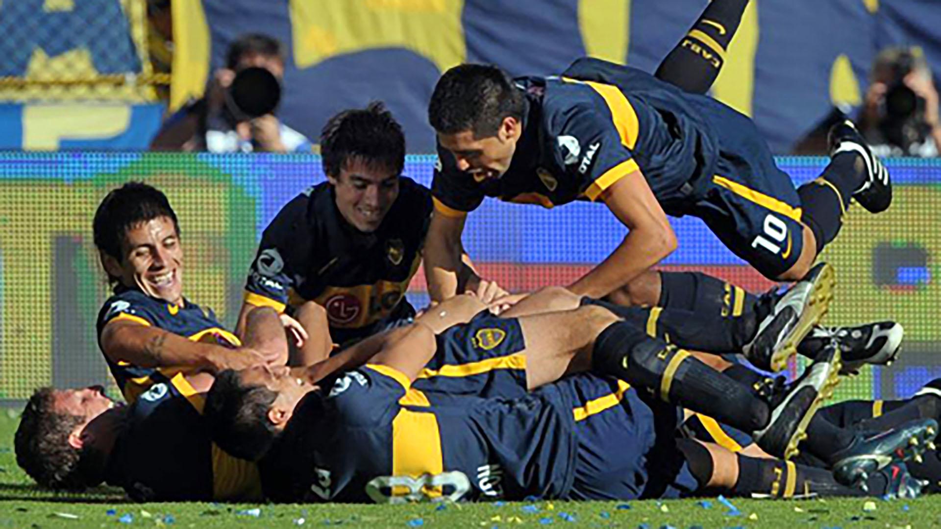 Todos van a celebrar con Gary Medel, autor de dos goles a River en el Superclásico del Torneo Clausura 2010(AFP)