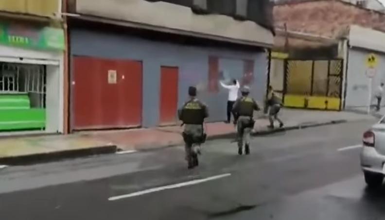 El mexicano, del que sólo se dio a conocer su apodo fue atrapado mientras caminaba por el centro de Bogotá (Foto: Captura de pantalla Caracol)