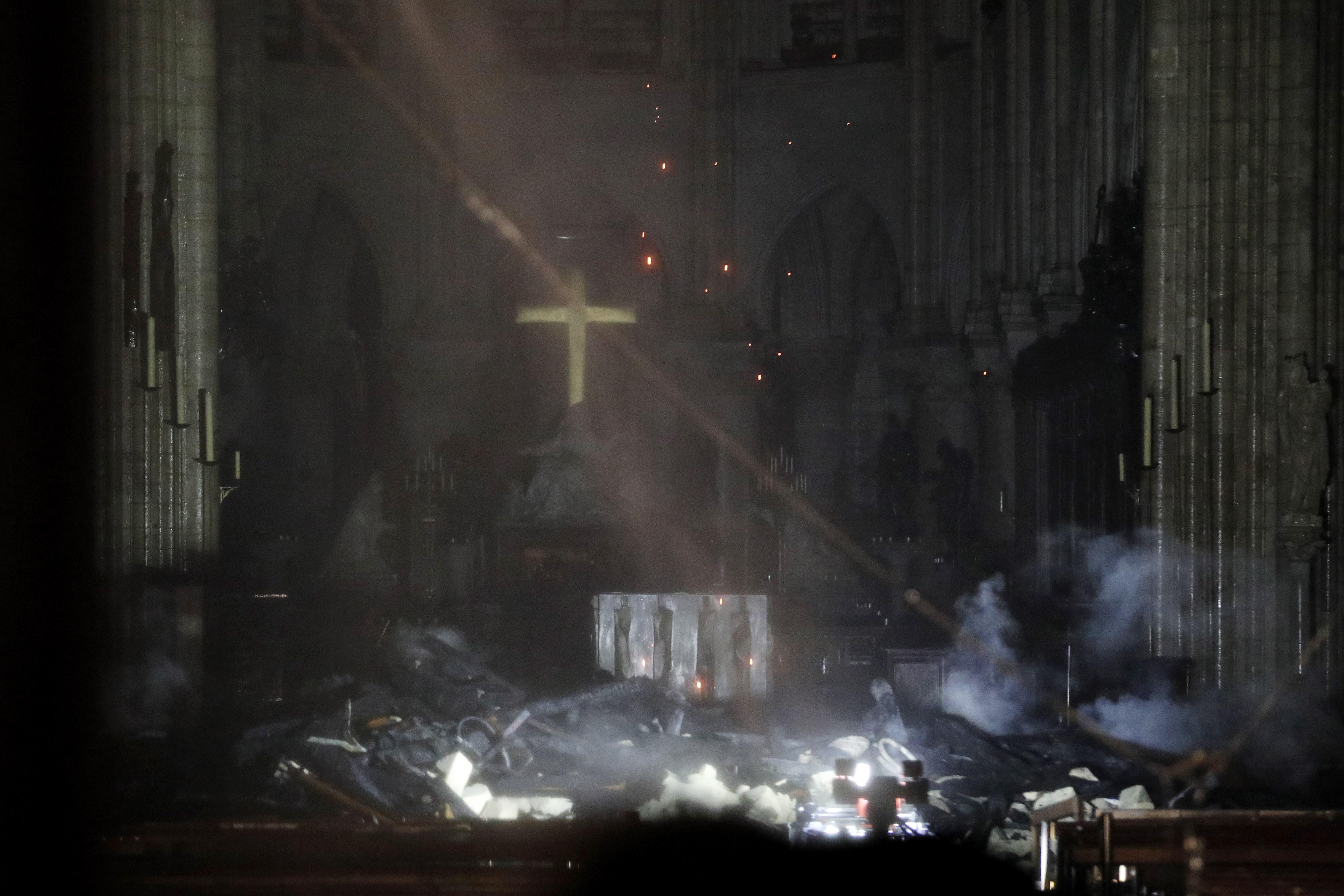 """Las autoridades ofrecieron un balance material """"dramático"""": """"Todo el tejado está siniestrado, toda la armadura quedó destruida, una parte de la bóveda se derrumbó, la aguja ya no existe"""""""