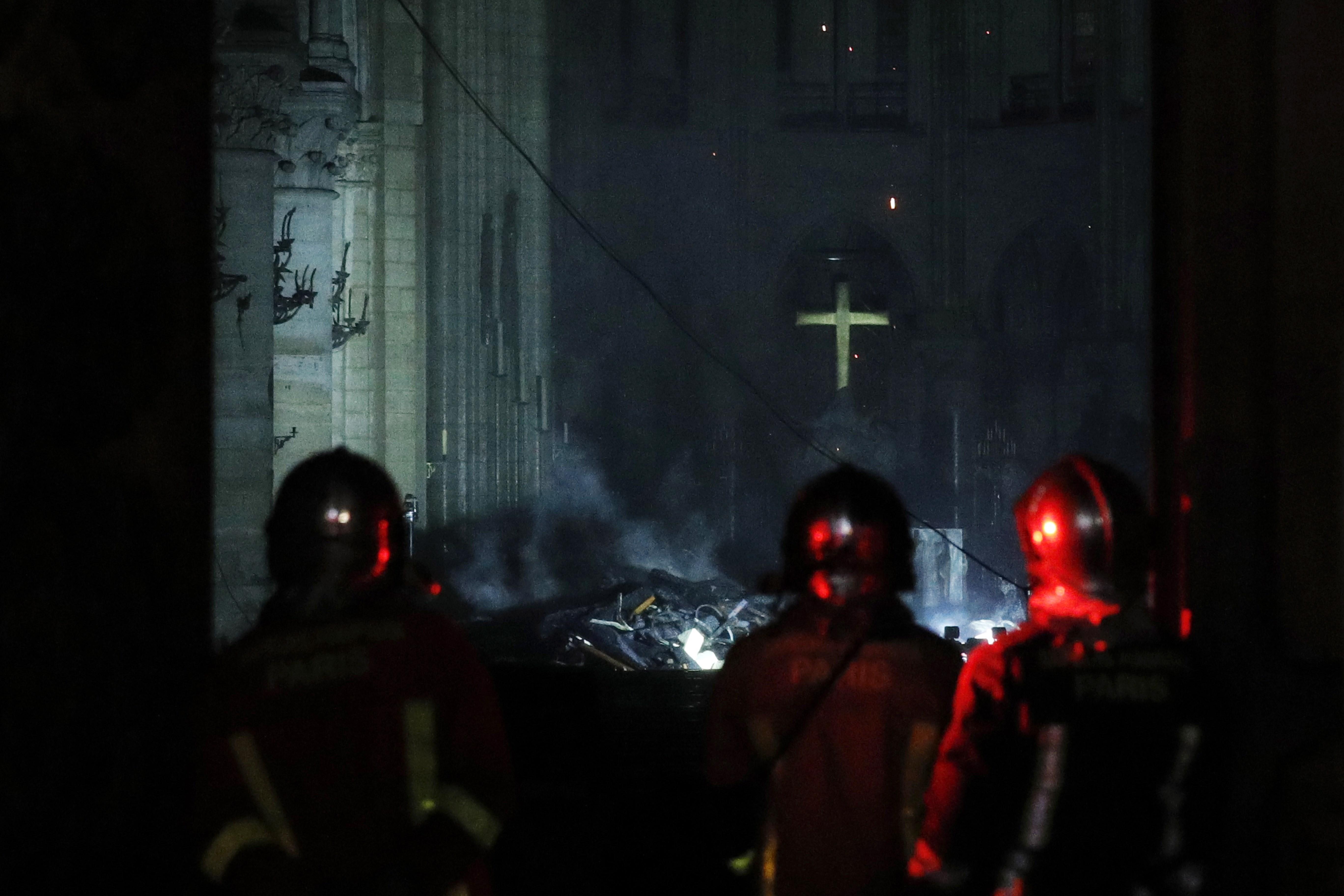 """Bomberos franceses entran a Notre Dame mientras las llamas todavía consumían el techo. El martes por la mañana, el secretario de Estado francés de Interior Laurent Nuñez, indicó que ahora """"el tema es saber cómo va a resistir la estructura"""""""