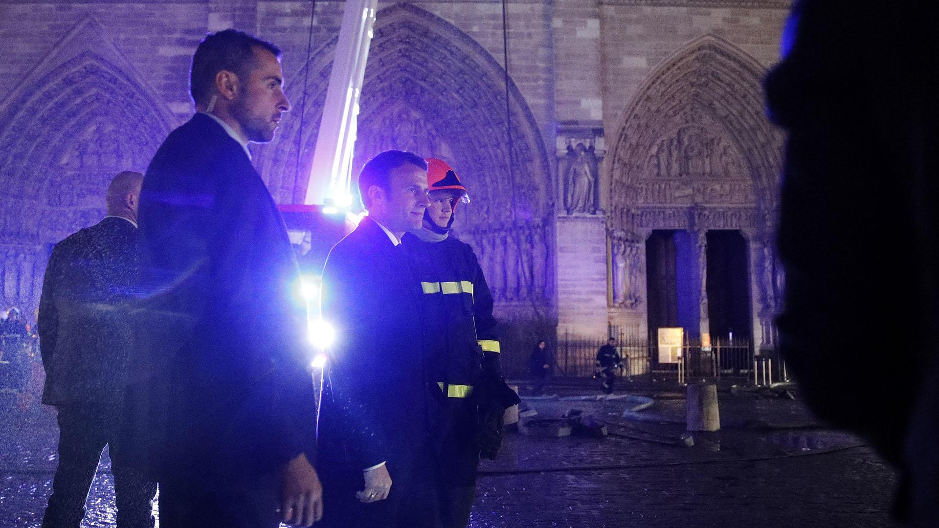 Millones de personas en todo el mundo siguieron horrorizadas la evolución del fuego que ardió intensamente durante más de 12 horas, tras haberse iniciado en la parte superior de la catedral gótica, destruyendo parte del tejado y su emblemática aguja