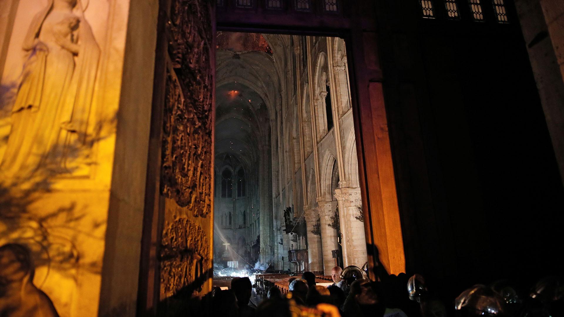 Las dos torres emblemáticas se mantuvieron en pie, así como el gran rosetón de la fachada sur, pero una puerta abierta de par en par dejaba entrever un montón de escombros ennegrecidos y algunas vigas de la armadura caídas