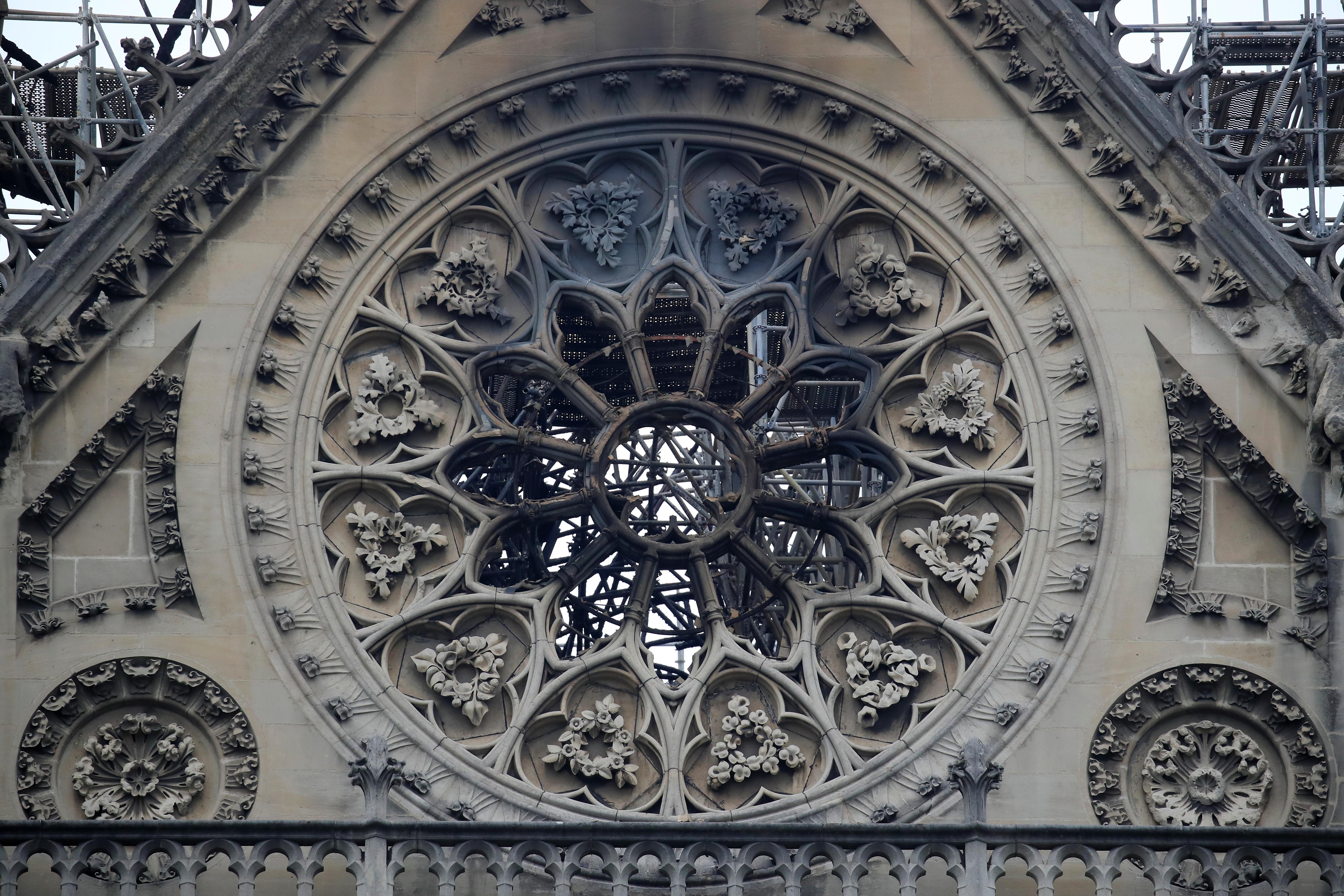 Dos tercios de la techumbre de la catedral de París se han quemado con el incendio, explicó este martes el ministro francés de Cultura, Franck Riester, que subrayó que la prioridad ahora es asegurarse de que no haya focos de fuego que se reaviven
