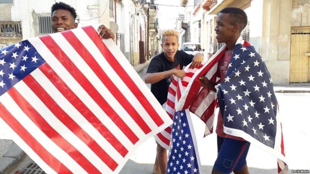 Participantes del perfonce donde detuvieron al artista independiente Luis M. Otero en La Habana