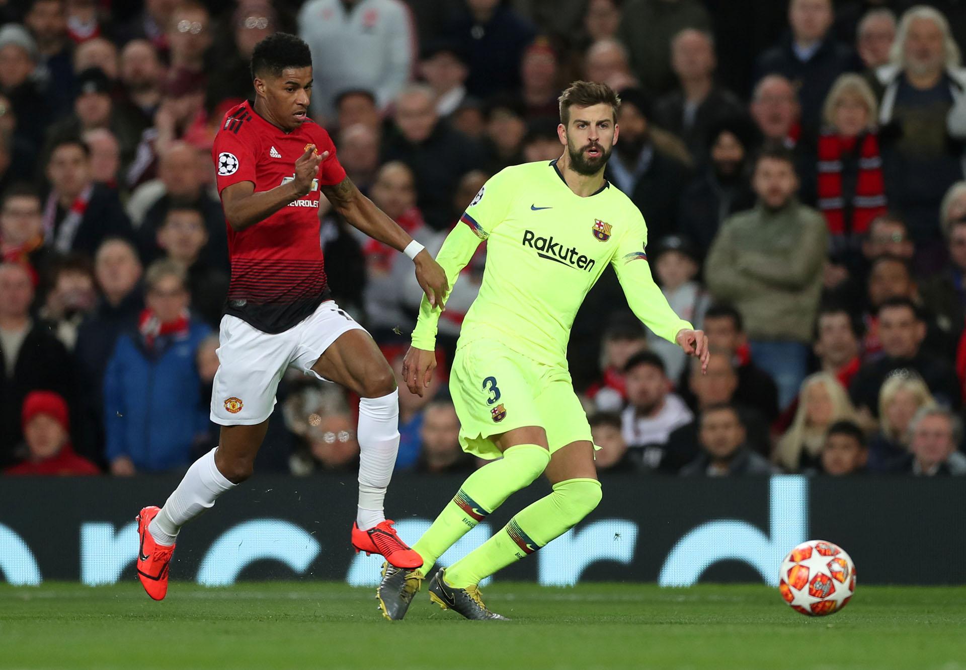 Rashford se lleva la pelota en el partido de ida entre el Manchester United y el Barcelona ante la mirada de Piqué (Reuters/Lee Smith)